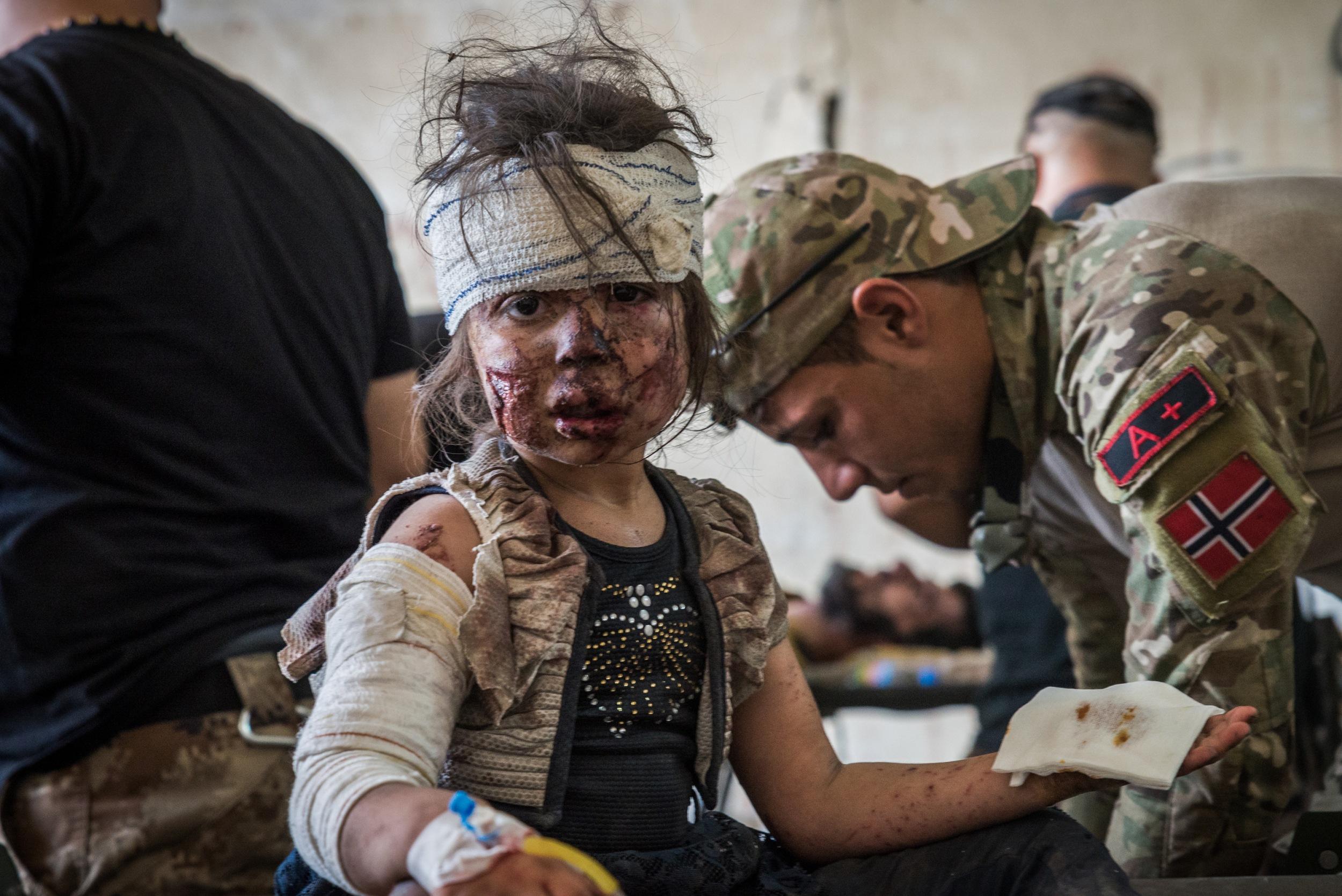 ÜBERLEBT In einer mobilen Krankenstation versorgen Helfer Menschen, die dem Gefecht entkommen sind