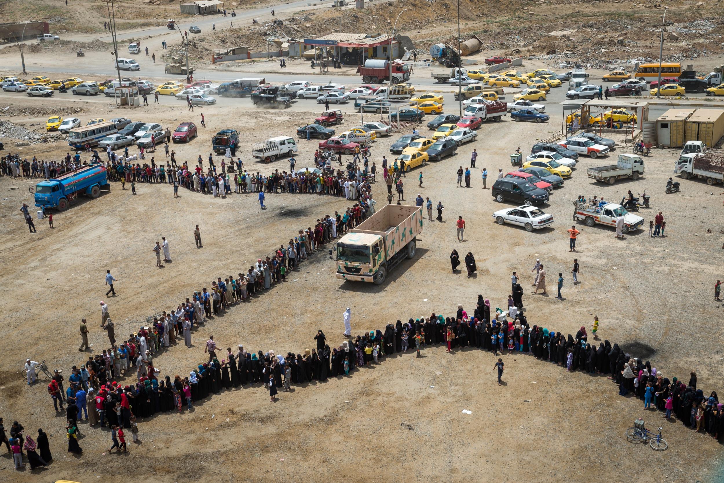 WARTEN Flüchtlinge stehen für Hilfsgüter an