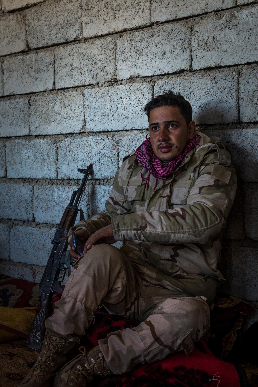 <p>SCHUTZ<br /> Ein Soldat sucht in einem verlassenen Haus Deckung vor dem Feuer der IS-Heckenschützen</p>