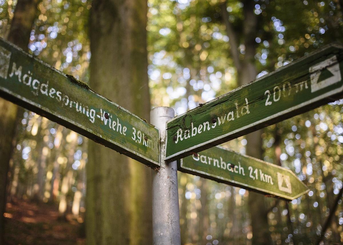Schilder weisen den Wanderern den Weg