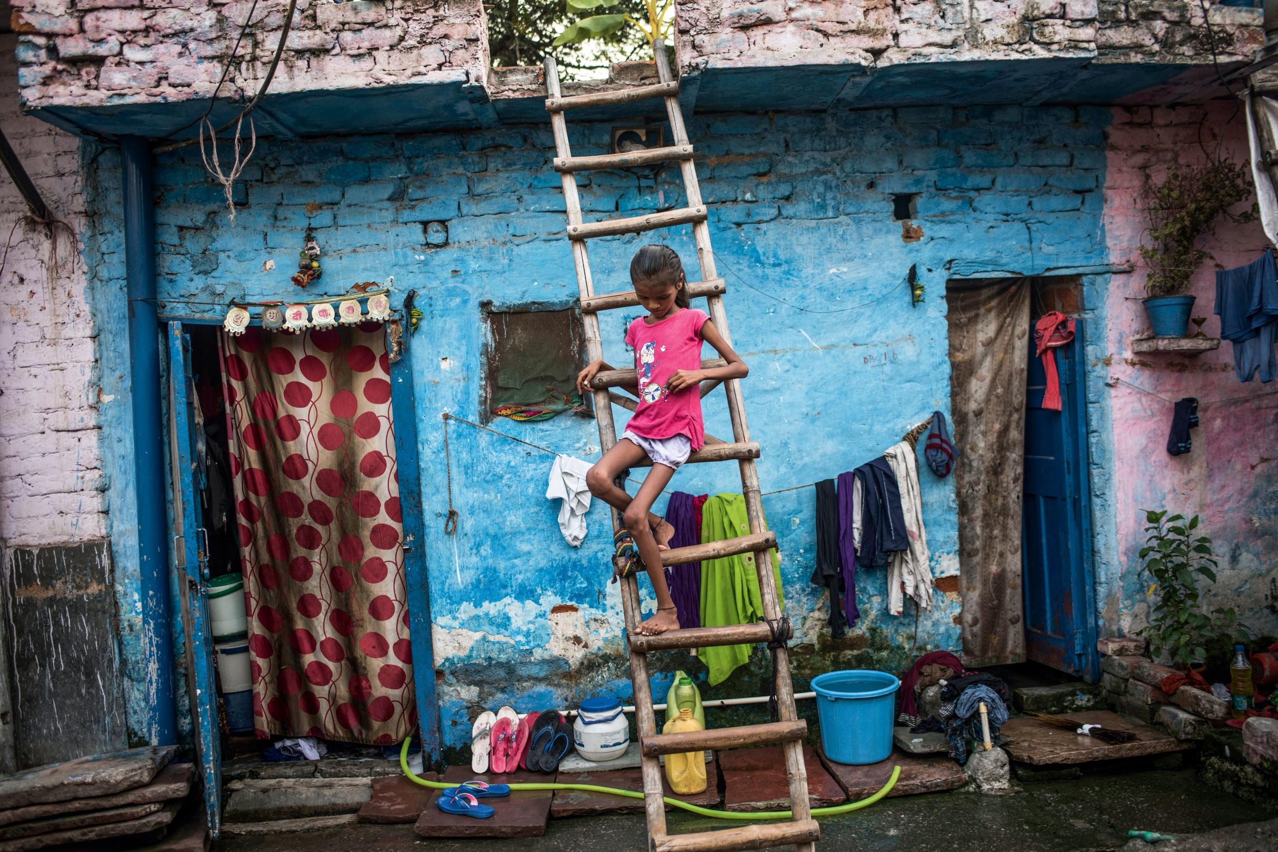 <p>HAUT UND KNOCHEN<br /> Ein Mädchen in einem Slum in Neu-Delhi – Durchfall hat es ausgezehrt</p>