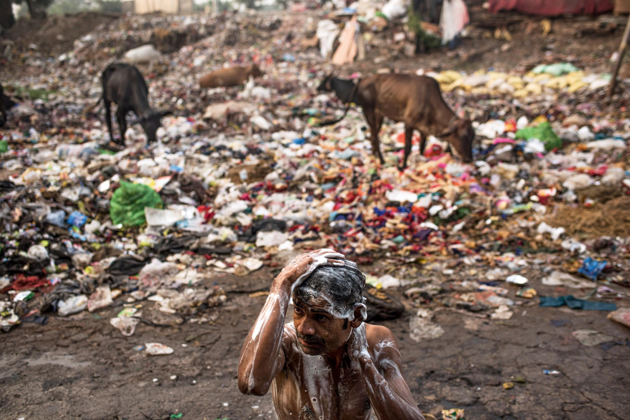 <p>EIN BAD IM MÜLL<br /> Ein Mann wäscht sich in einem Slum in Neu-Dehli</p>