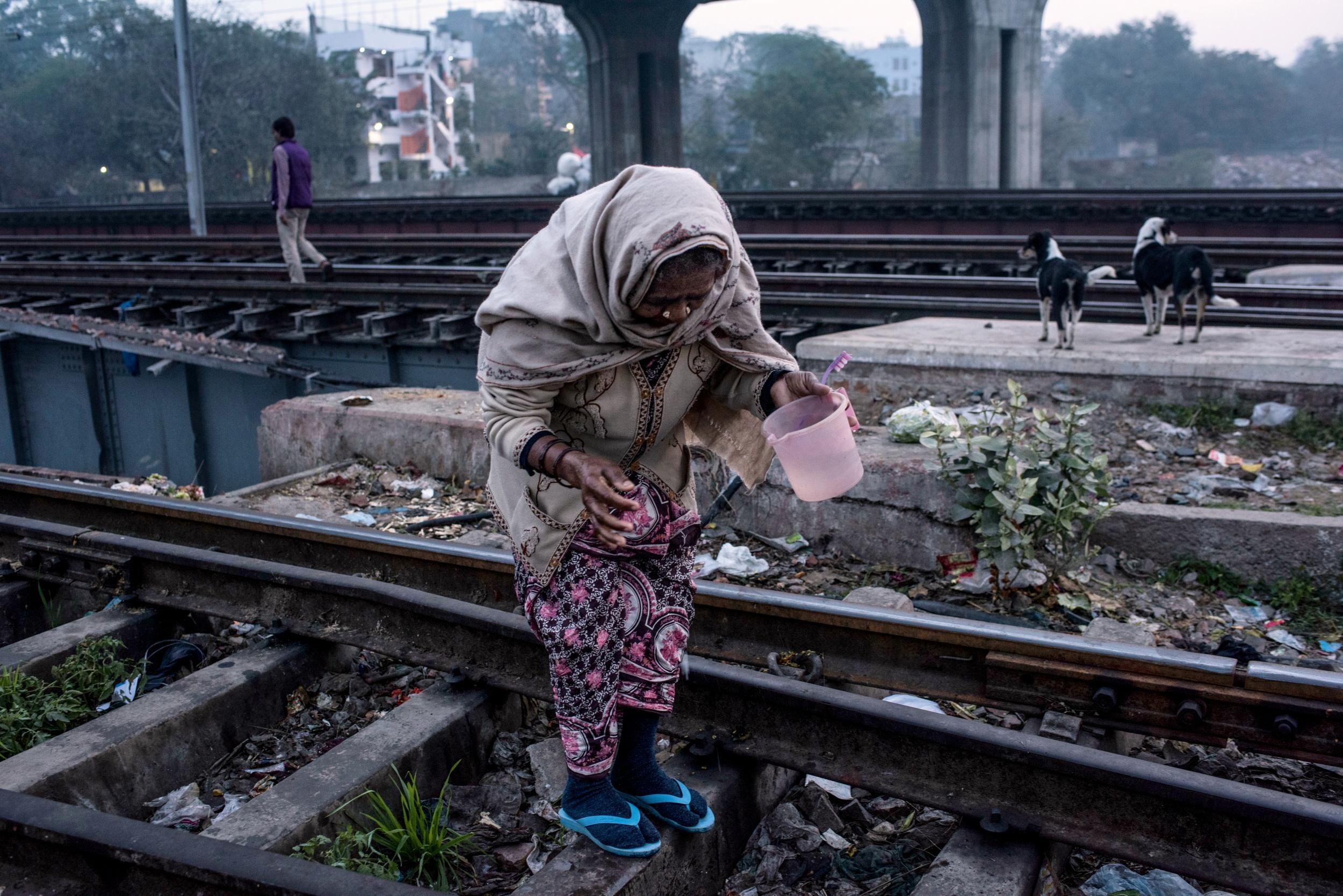 <p>MORGENTOILETTE<br /> In der indischen Stadt Nizamuddin sucht eine Frau nach einem ruhigen Ort</p>
