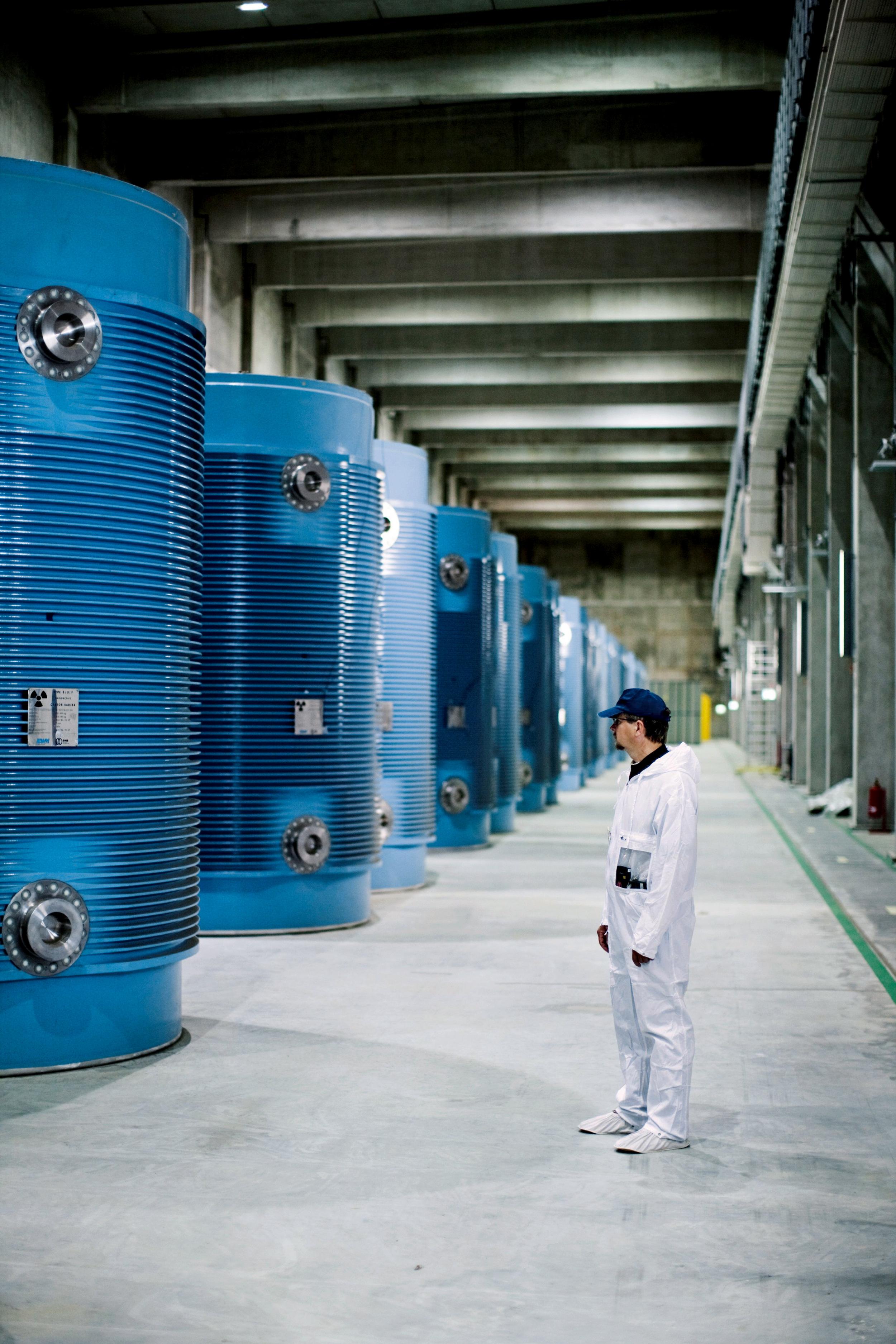 <p>SCHWERES ERBEEin Mitarbeiter des Zwischenlagers Lubmin steht vor leeren Castorbehältern. Mit Atommüll gefüllt wiegen sie 110 Tonnen</p>