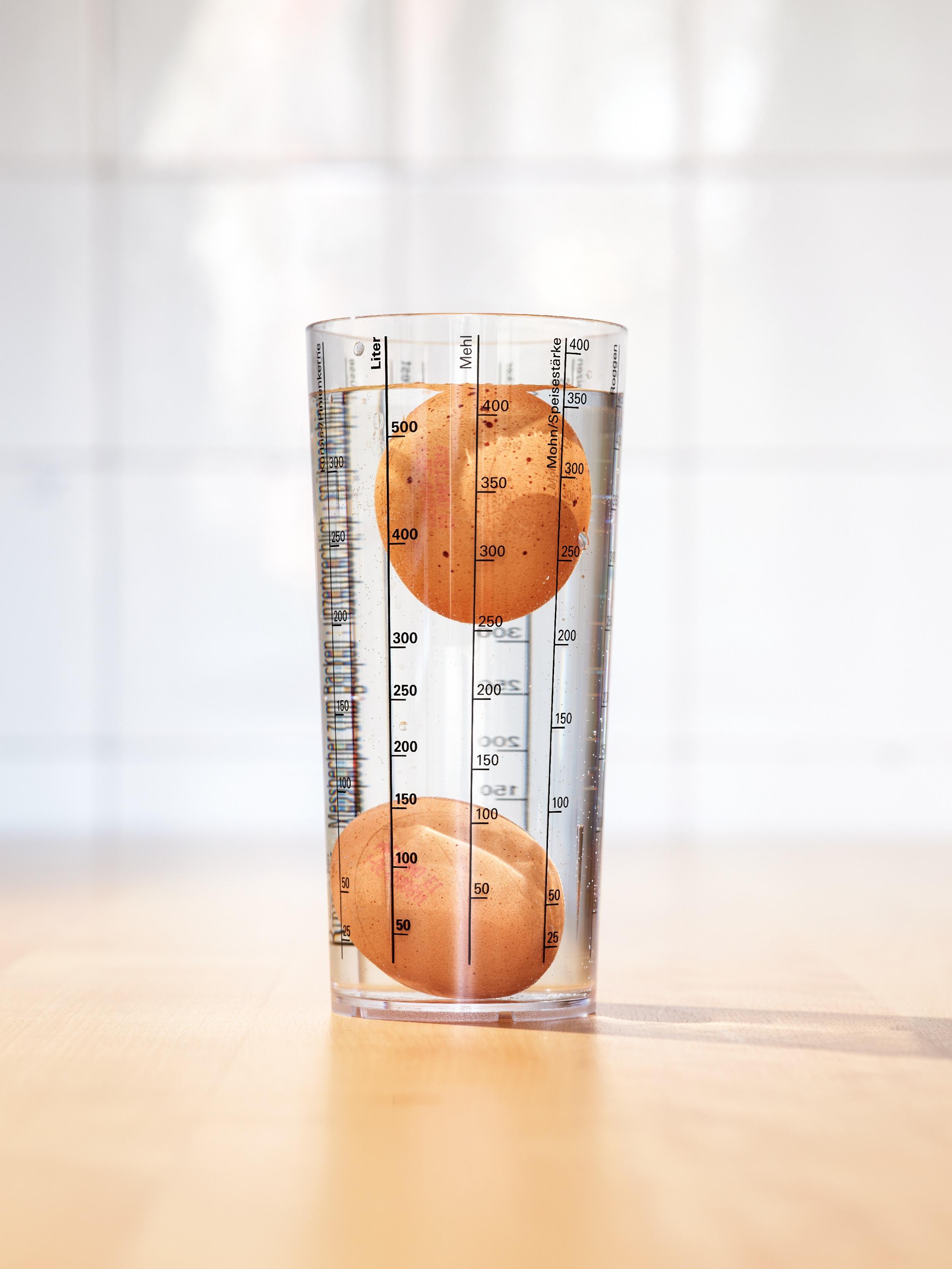 <p>NICHTSCHWIMMER VOR!<br /> Bei Eiern darf das Mindesthaltbarkeitsdatum höchstens 28 Tage nach dem Legedatum liegen. Im Anschluss einfach testen: Schwimmt ein Ei, sollte es nicht mehr verzehrt werden</p>
