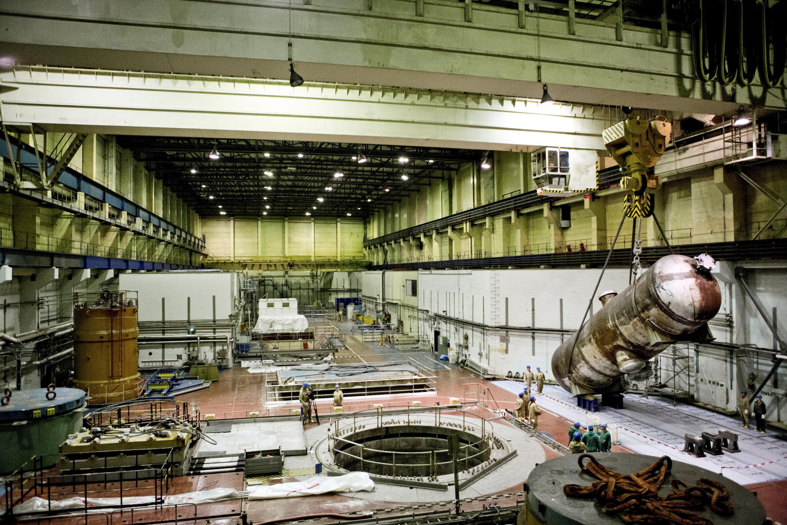 KURZ VORM ABDAMPFENIn einer Reaktorhalle des AKW Lubmin bei Greifswald wird ein kontaminierterDampferzeuger vorsichtig ausgebaut und bald darauf in seine Einzelteile zerlegt