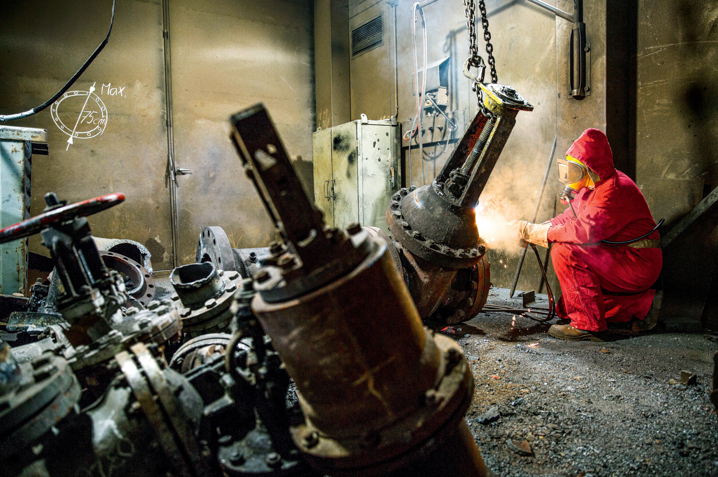 ROLLE RÜCKWÄRTSEin Arbeiter bei Zerlegearbeiten im AKW Lubmin. Ein Großteil der Bestandteile wird zerkleinert, aufwendig gereinigt und wiederverwertet. Der Rückbau läuft seit 25 Jahren und dauert noch bis 2028