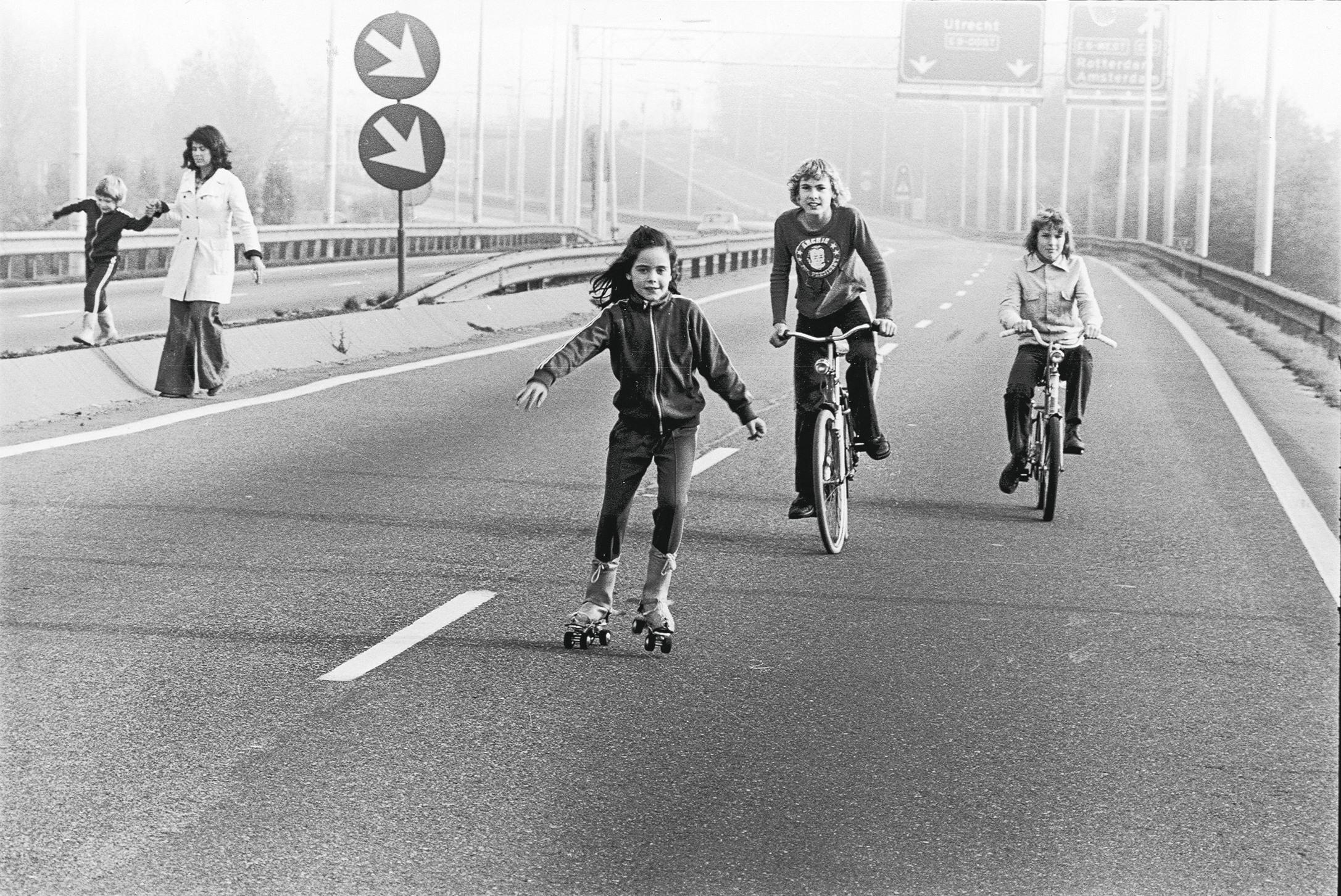 ES WAR EINMAL 1973, während der Ölkrise, galt an Sonntagen in mehreren Ländern Europas Fahrverbot und die Kinder eroberten die Autobahnen für sich