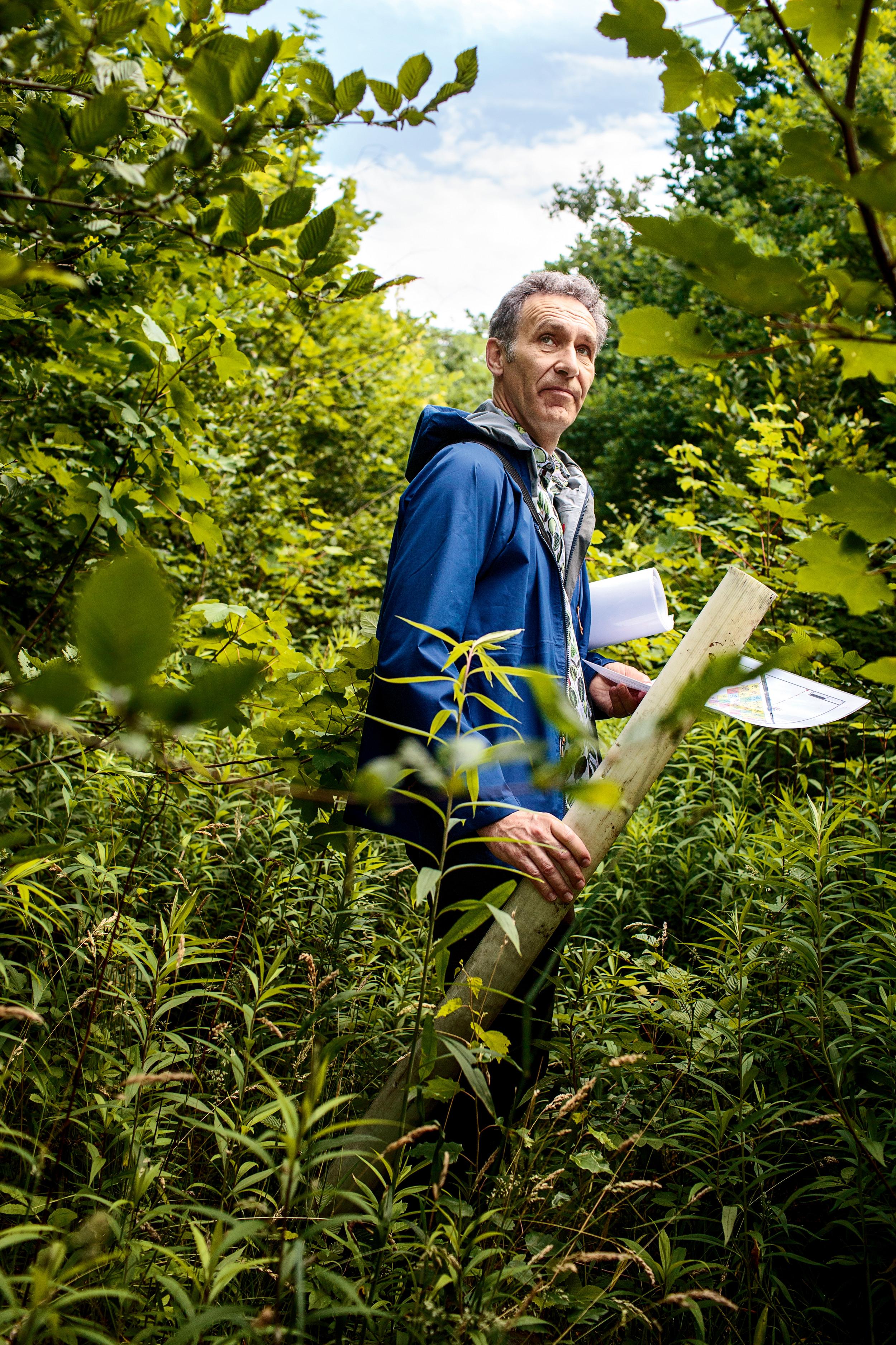 <p>WALDARBEITER<br /> Jürgen Bauhus, Professor für Waldbau an der Universität Freiburg, hat nahe der Stadt ein Versuchswäldchen angelegt.</p>
