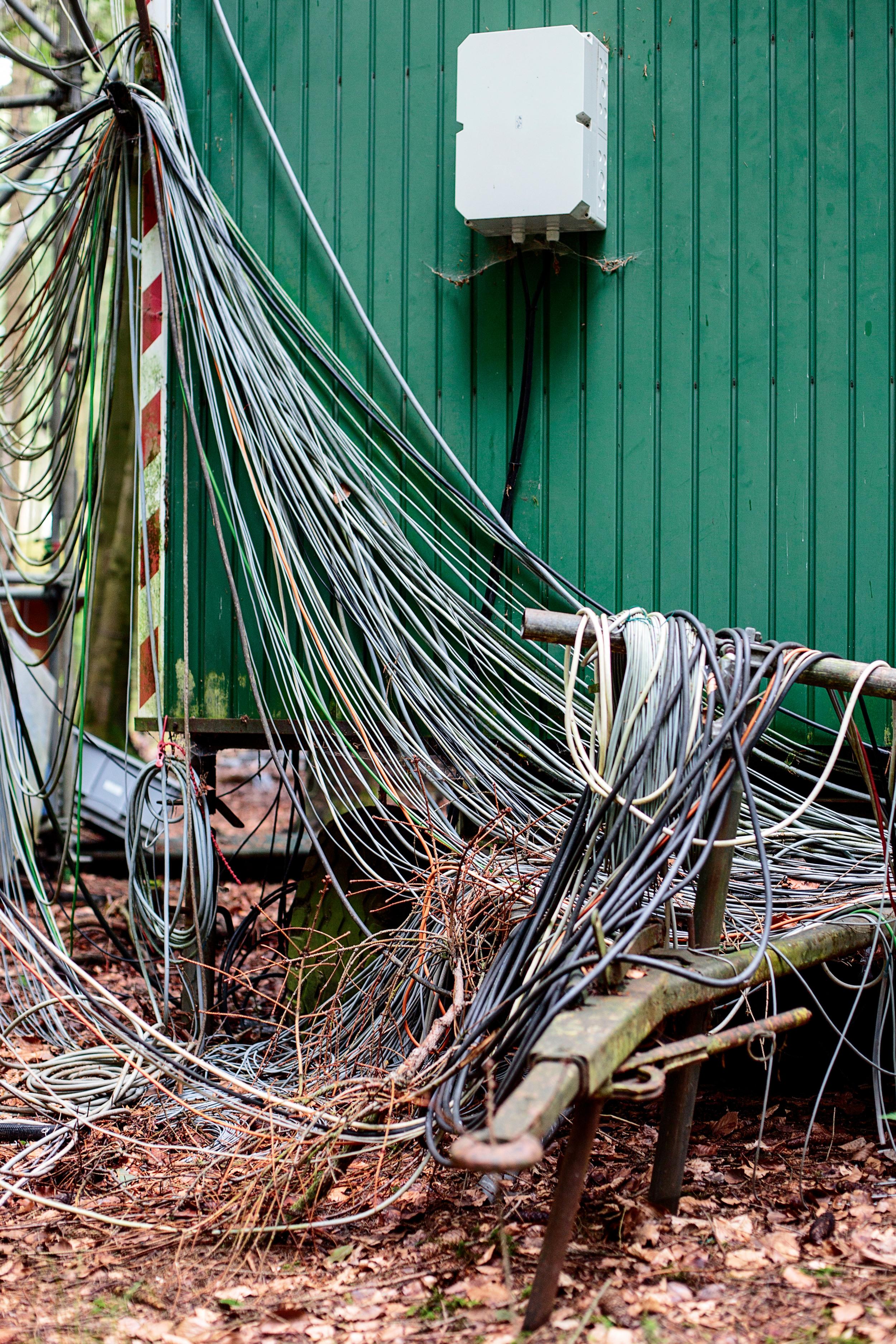 <p>KABELSALAT<br /> In einem alten Bauwagen werden Baumdaten gesammelt, die Messinstrumente im Kranzberger Forst bei Freising aufzeichnen Forschung</p>