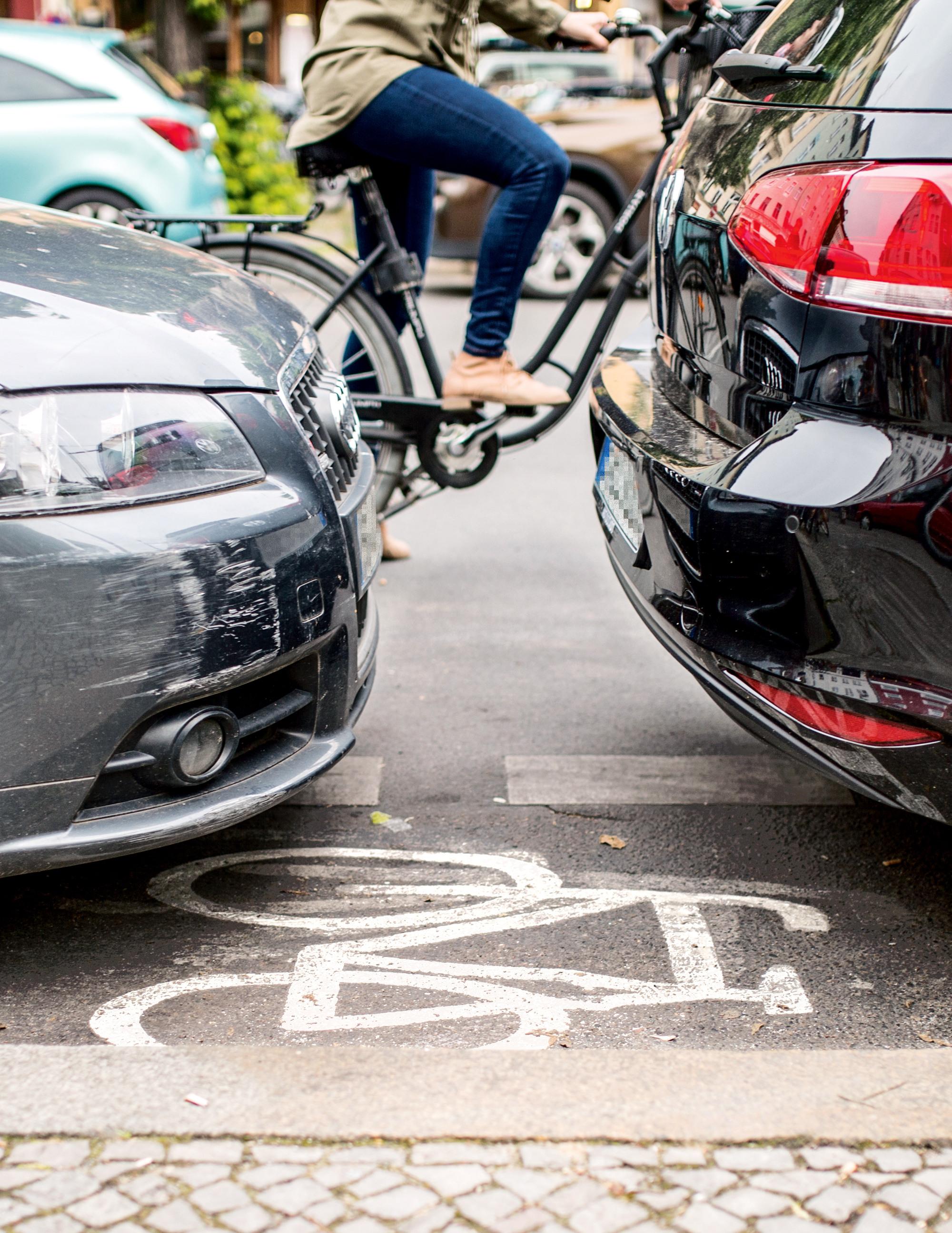 <p>KEIN PLATZ MEHR Heute werden die Räume von immer größeren Wagen zugestellt, manchmal sogar die Radwege</p>