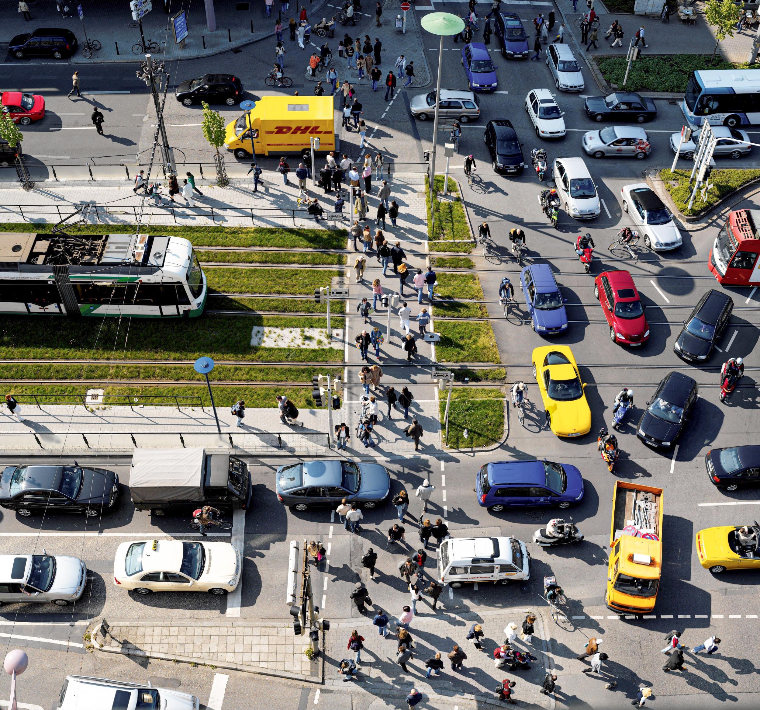 MENGENLEHRE Eine Kreuzung am Mannheimer Kaiserring: jede*r gegen jeden. In vielen Städten sehnt man sich nach autofreien Zonen, in denen Fußgänger und Radfahrer sich nicht mehr durch die stetig wachsende Masse aus Blech und schlechter Laune kämpfen müssen