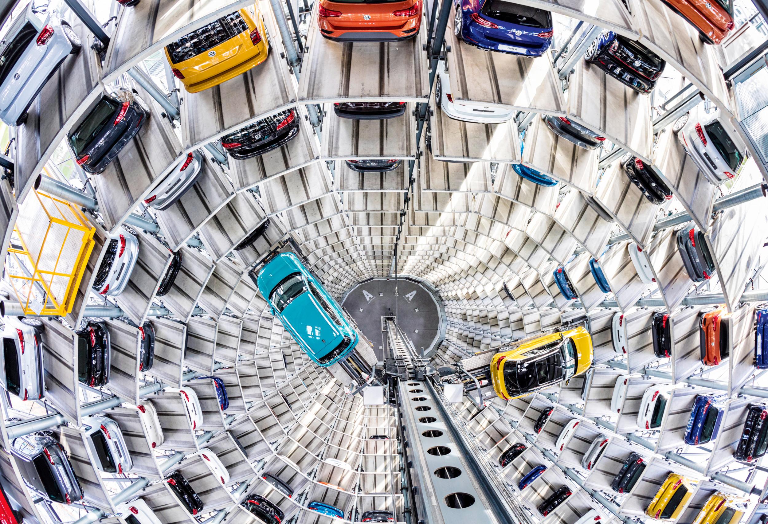 PS-PALAST In der VW-Autostadt warten fabrikneue Fahrzeuge auf Selbstabholer