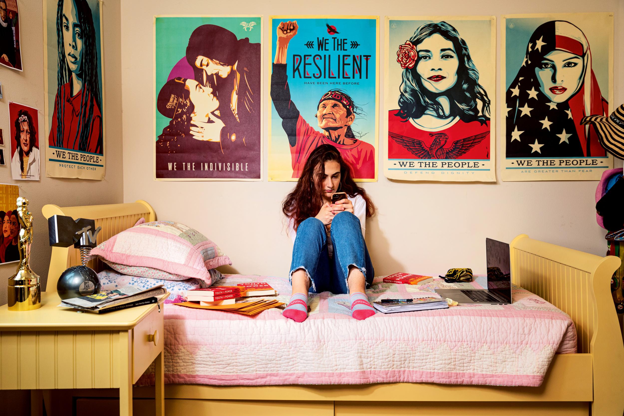 HOME ALONE Die 18-jährige Umweltaktivistin Jamie Margolin aus Seattle in ihrem Zimmer. Wegen der Coronakrise organisiert sie ihren Kampf gegen die Klimakrise und für faire Wahlen weitgehend von zu Hause aus