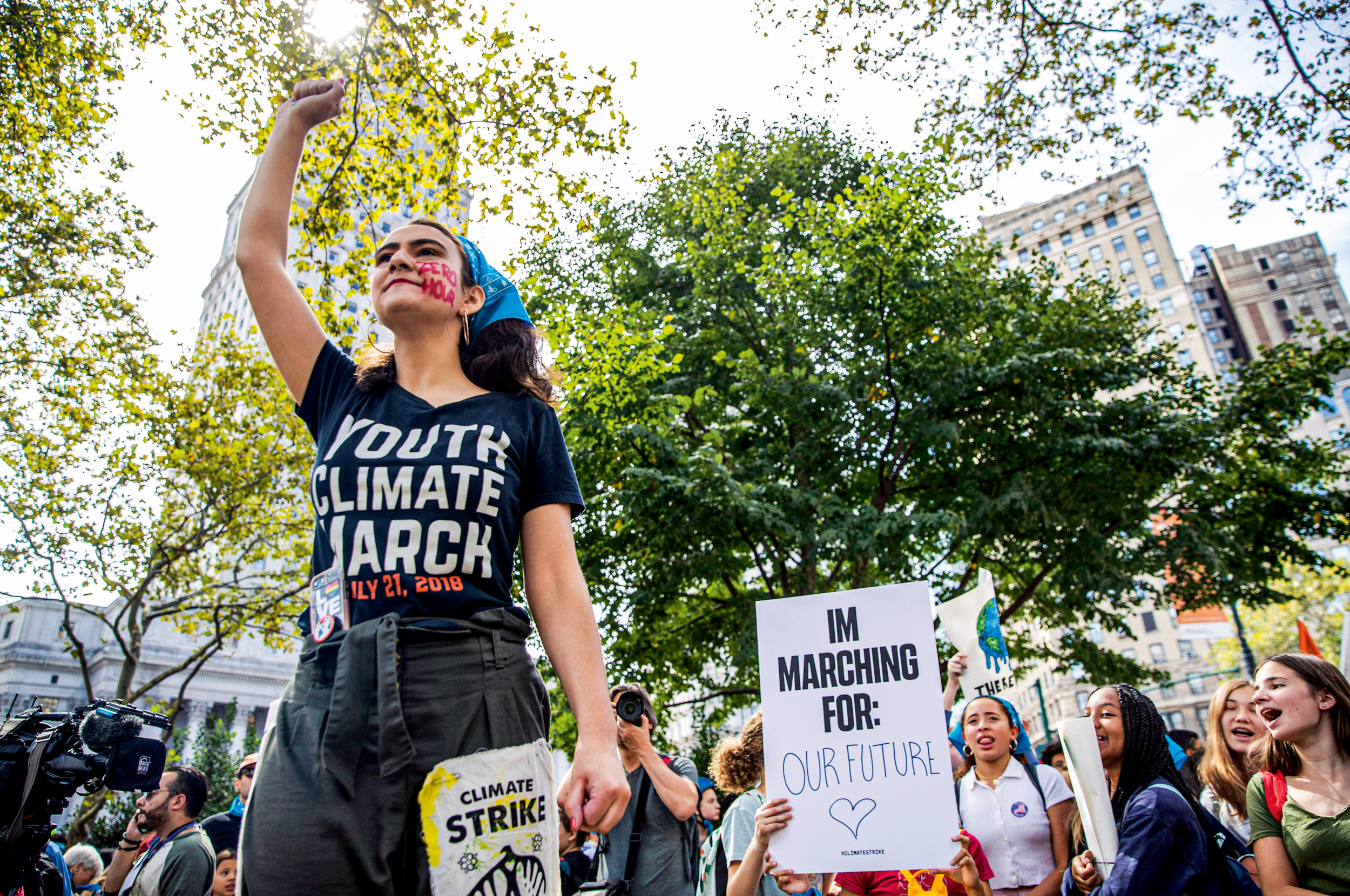 """GEMEINSAM STÄRKER Margolin im September 2019 beim """"Youth Climate March"""" in New York. Von der von ihr gegründeten Kampagnen- und Infoseite """"Zero Hour"""" ließ sich Greta Thunberg zu ihren ersten Schulstreiks inspirieren"""