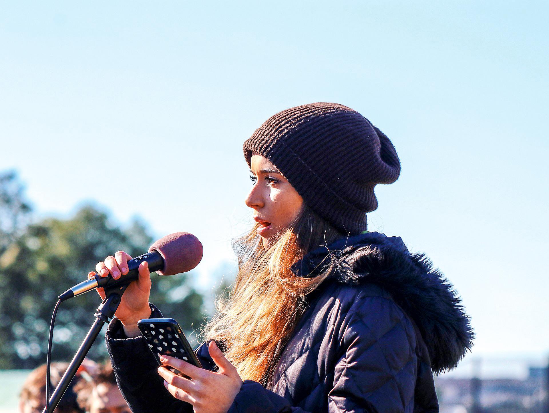"""<p class=""""text-align-center"""">WIDERSTAND KENNT KEIN ALTER<br /> Die 18-jährige Sophia Kianni gründete eine Plattform, die Klimawandelinfos von jungen Freiwilligen in über hundert Sprachen übersetzen lässt</p>"""