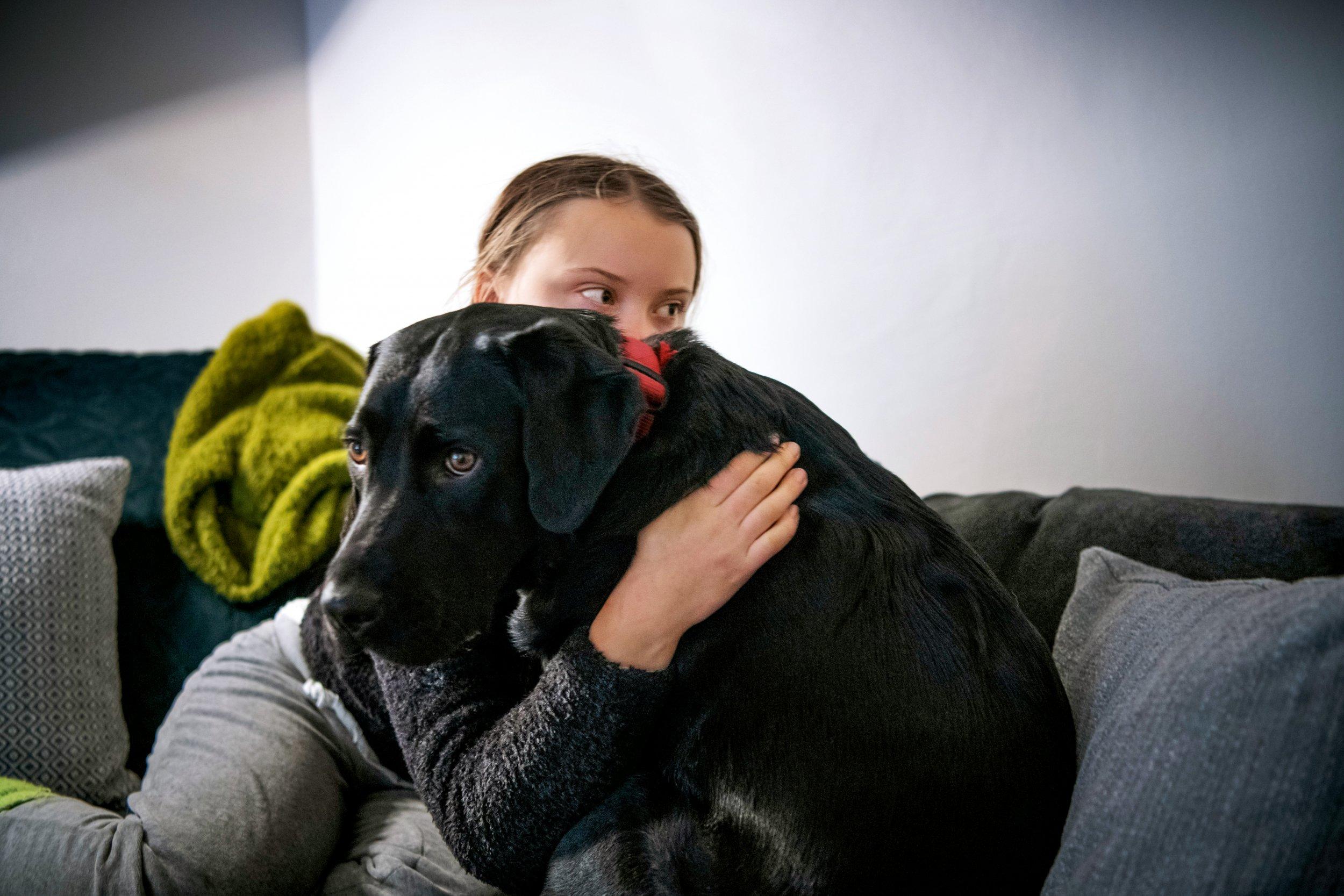 WEGGEFÄHRTIN Kraft tankt Greta in ihrer Freizeit mit Labradorhündin Roxy, Familie Thunberg besitzt außerdem noch einen Golden Retriever namens Moses