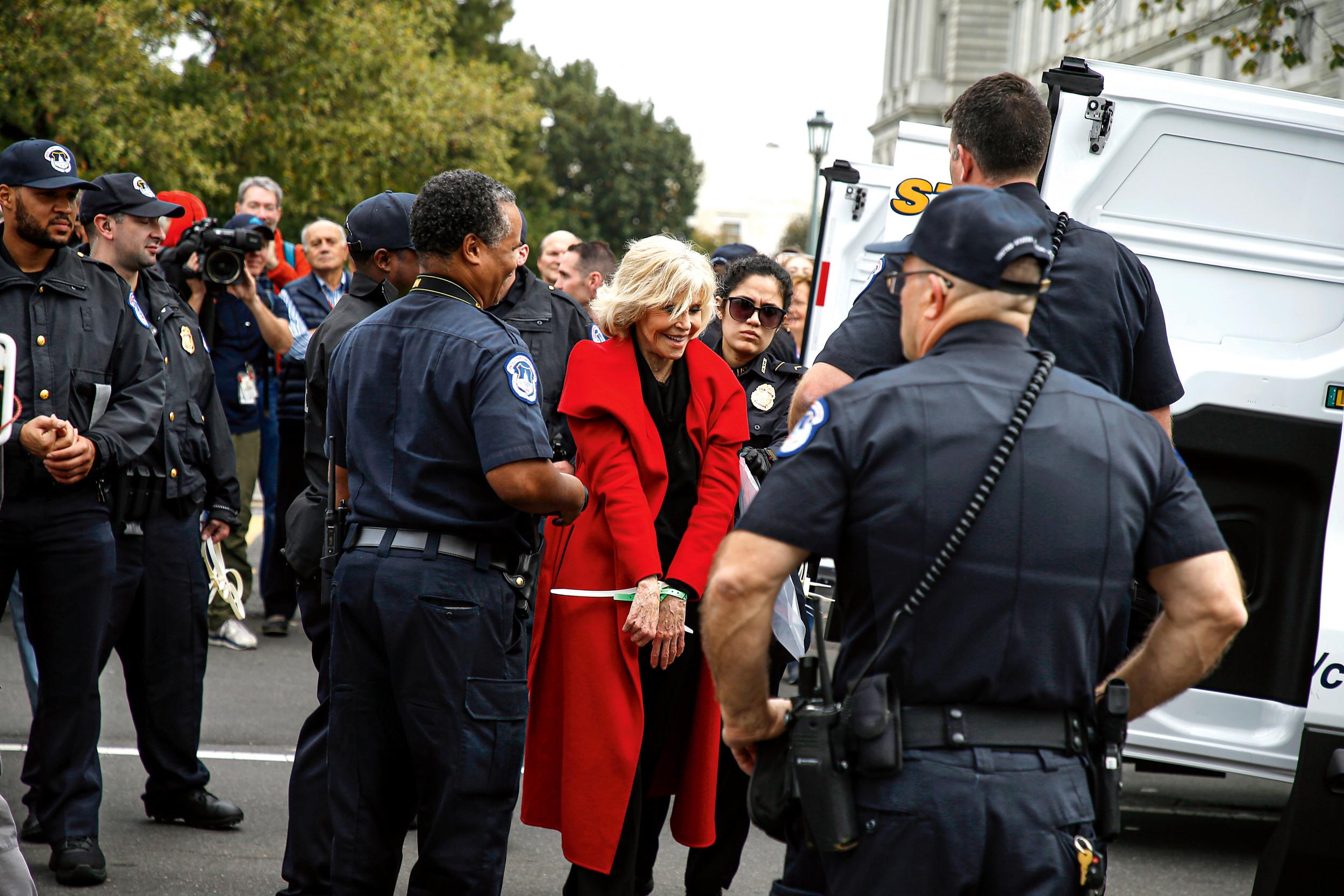 UNBEUGSAM Auch Schauspielerin Jane Fonda, 82, die hier bei einer Klimademo in Washington verhaftet wird, ist noch immer ganz vorne mit dabei