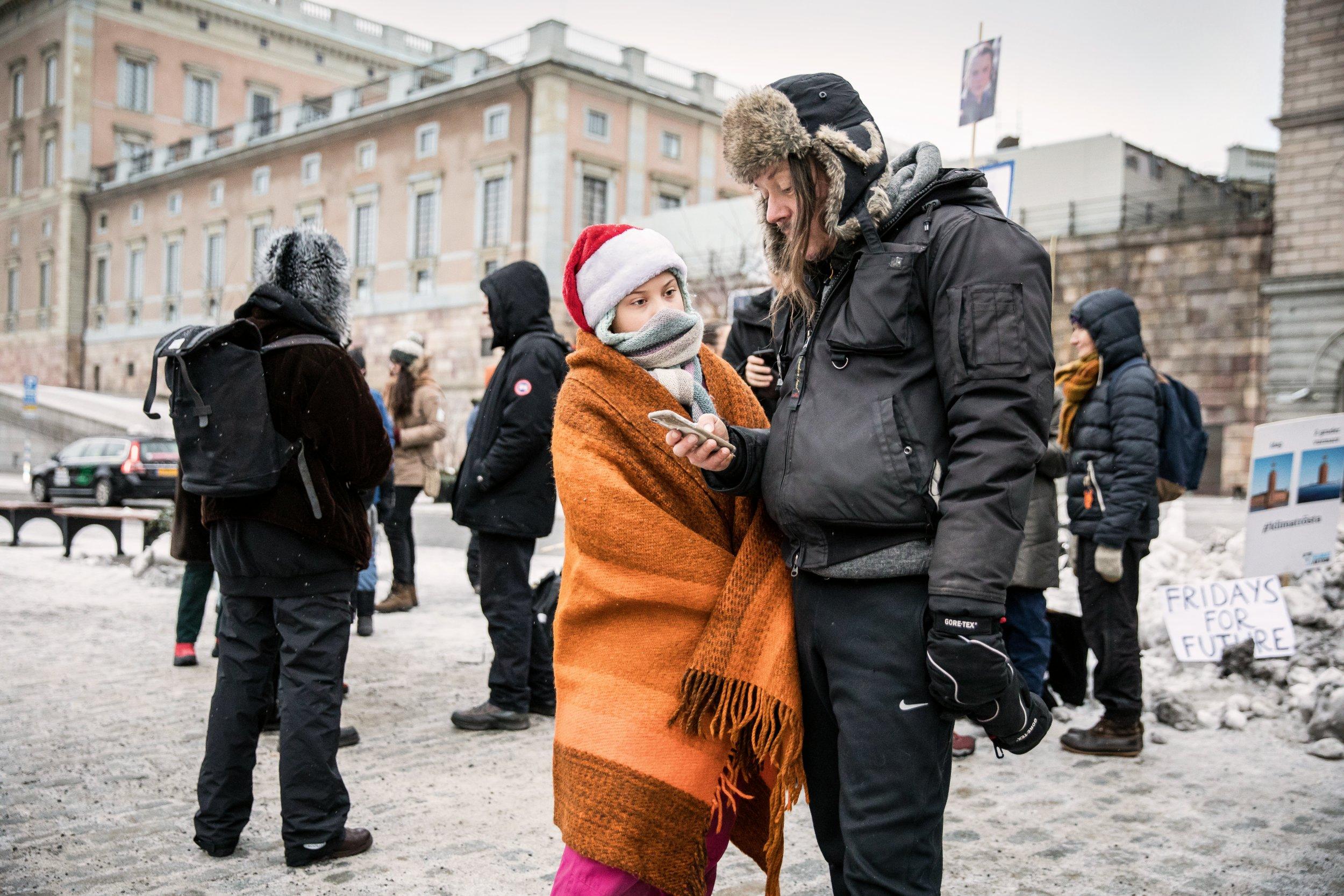 BESCHÜTZER Ihre Familie gibt Greta Thunberg Halt – meist begleitet Vater Svante sie zu ihren öffentlichen Auftritten