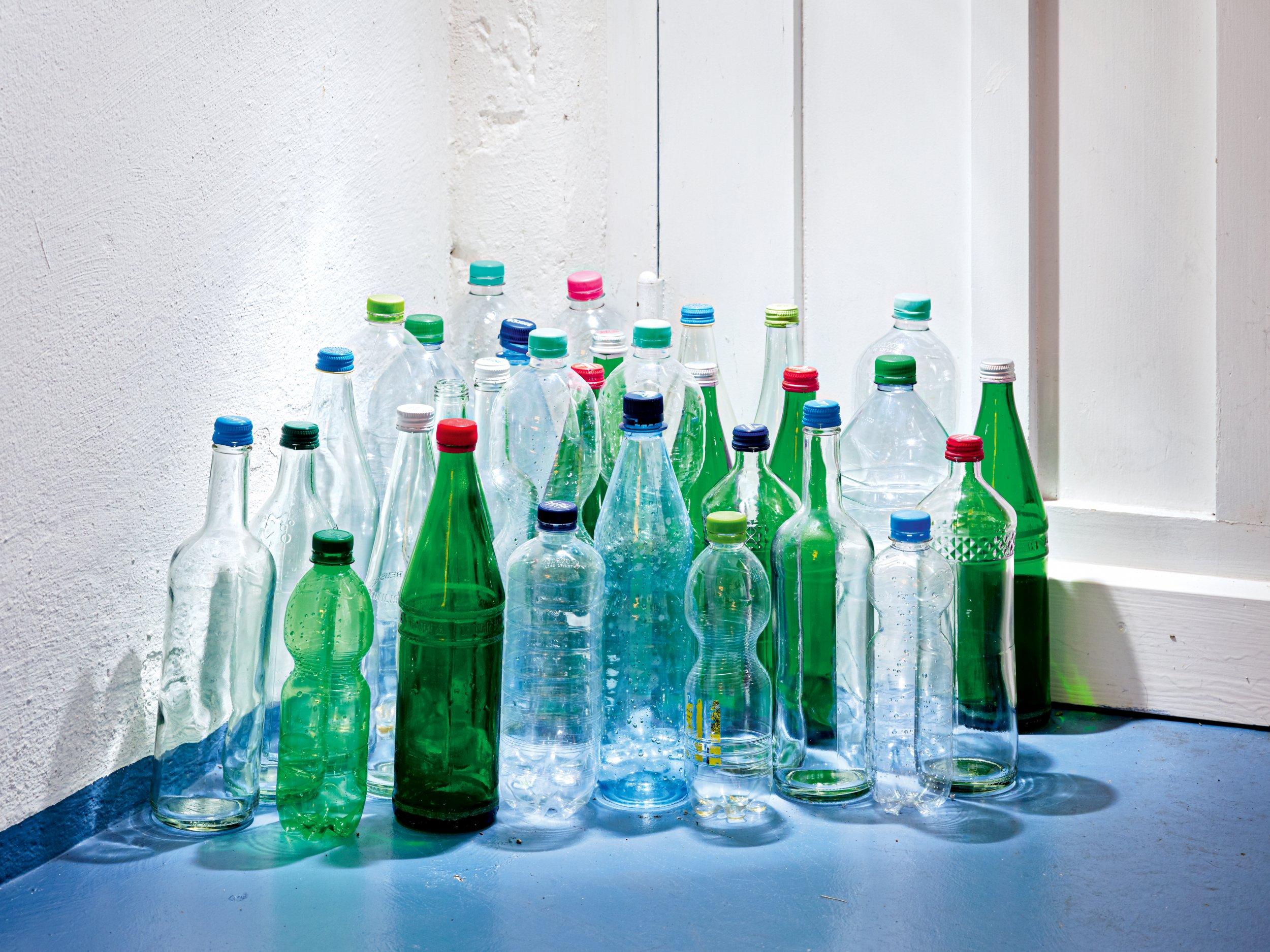 WASSERHAUSHALT Ein großes Minus in der Ökobilanz: die Verpackung. Mehr als die Hälfte der Wasserflaschen sind aus Plastik und werden nur einmal befüllt