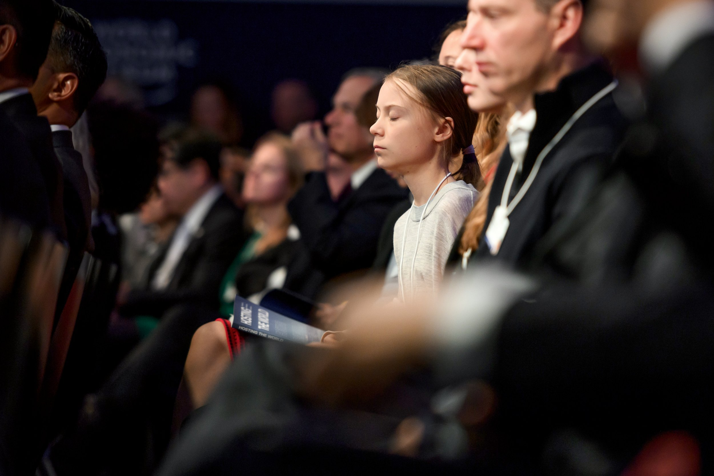 INNEHALTEN Während der US-Präsident seine Rede vor den Vereinten Nationen hält, schließt die Klimaaktivistin für einen Moment ihre Augen