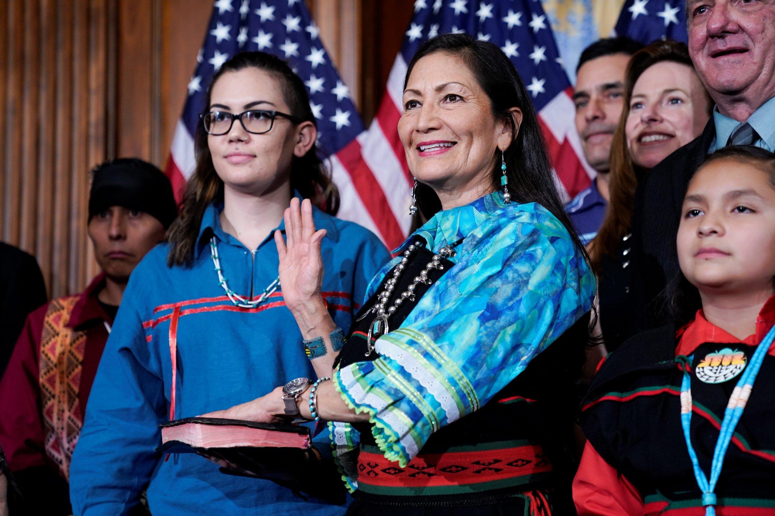 <p>Die neue Innenministerin Deb Haaland vom Volk der Laguna-Ureinwohner bei ihrer Vereidigung als Kongressabgeordnete, 2018</p>