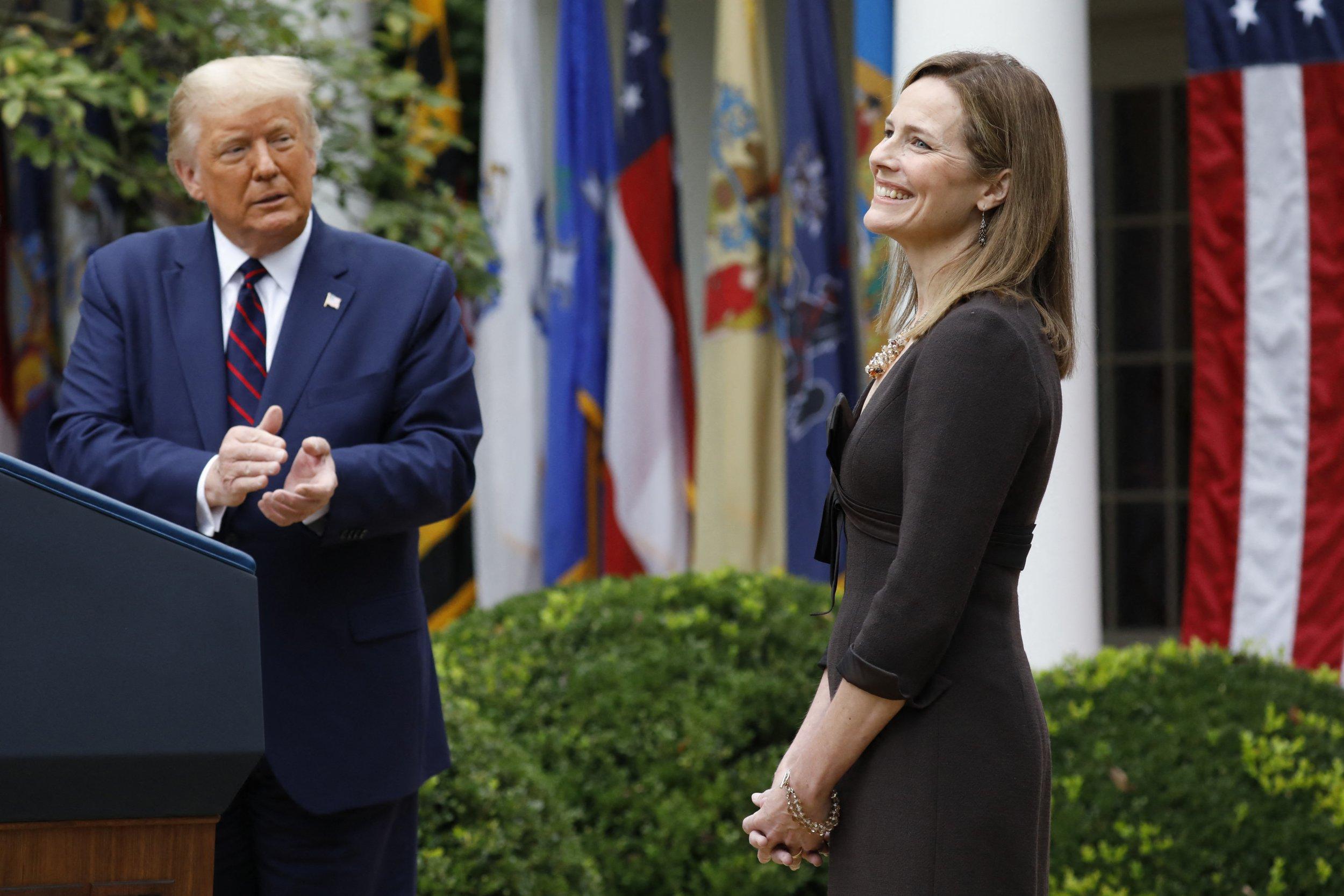 <p>Donald Trump beklatscht die stockkonservative neue Verfassungsrichterin Amy Coney Barrett im Garten des Weißen Hauses</p>