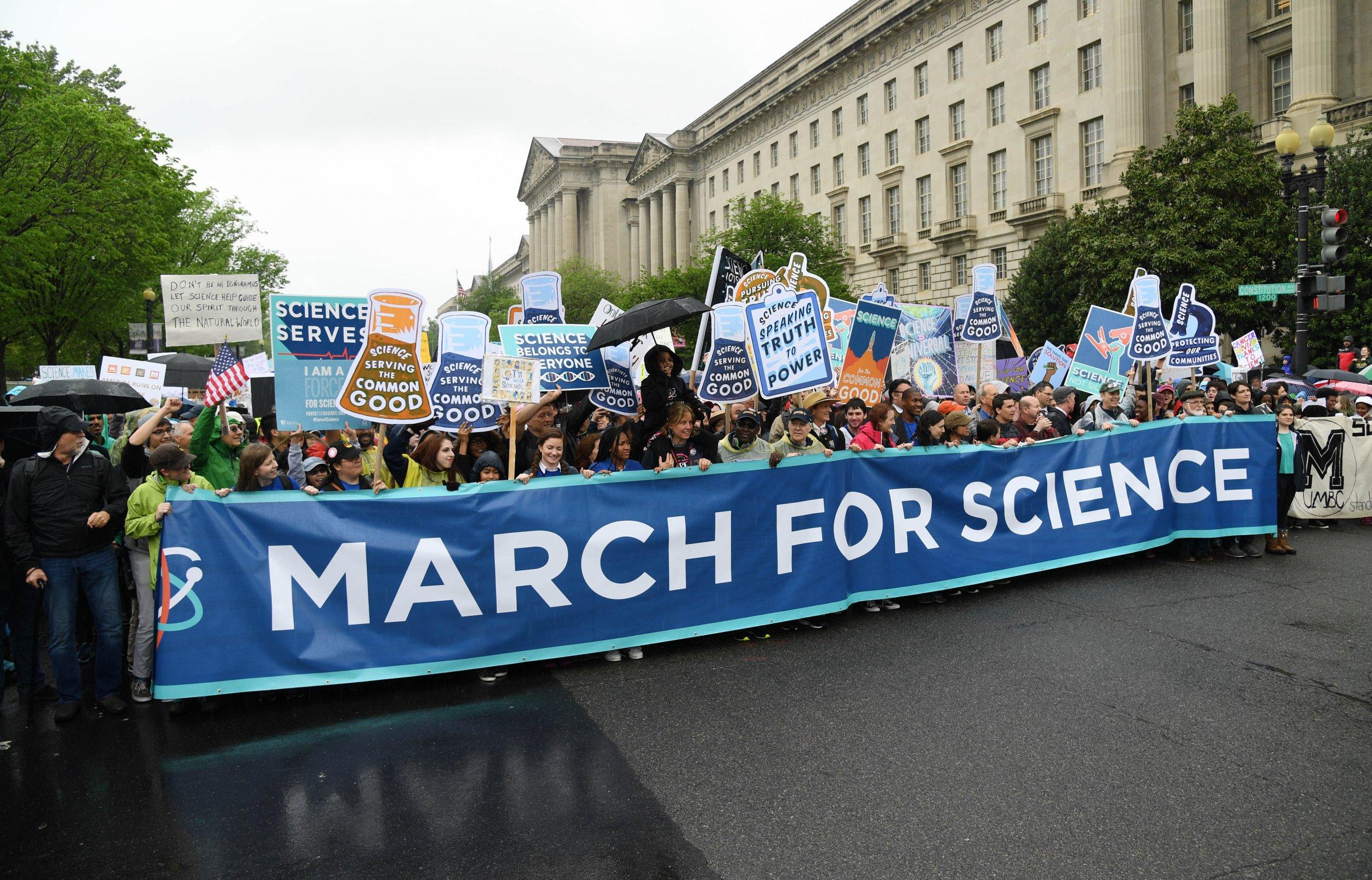<p><span><span>Beim March for Science demonstrierten Menschen für die Anerkennung von wissenschaftlichen Erkenntnissen. Die Großdemonstration fand zum ersten Mal am 22. April 2017 in mehr als 600 Städten quer durch alle Zeitzonen statt, die Hauptveranstaltung </span></span>war in Washington, D.C.</p>