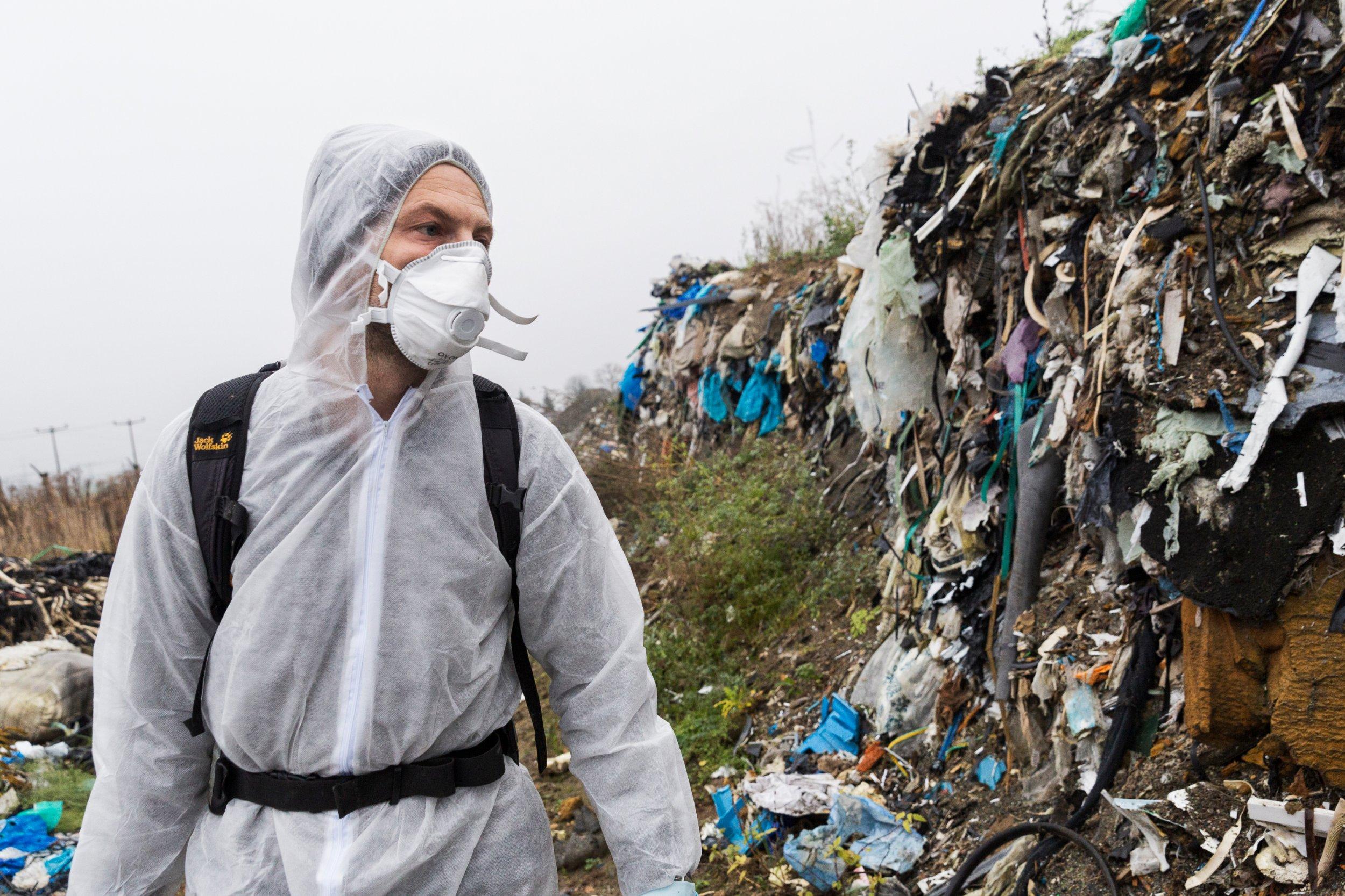 <p>AUFGETÜRMTDie Reporter entdecken Tausende Tonnen illegal abgeladenen Müll</p>