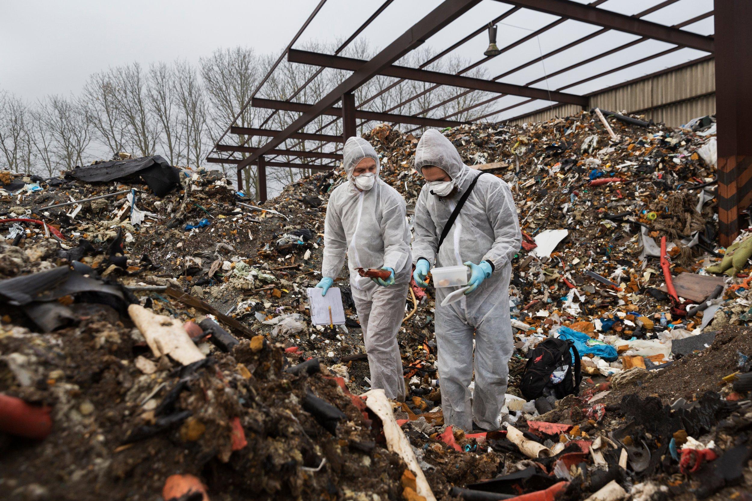 <p>GESICHERT Mit Schutzanzug und Maske sammeln die Reporter Abfälle</p>