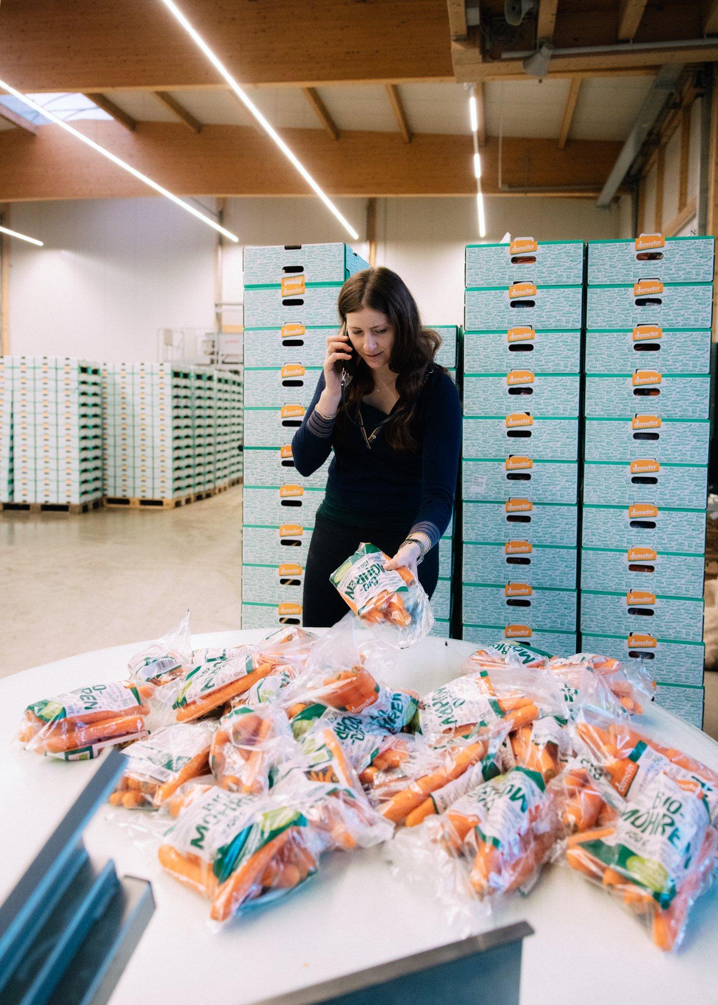 <p>KRUMM, ABER SCHÖNBiobäuerin Barbara Knötzinger in ihrer Abpackhalle. Was nicht perfekt aussieht, gelangt gar nicht erst in den Handel, beklagt sie</p>