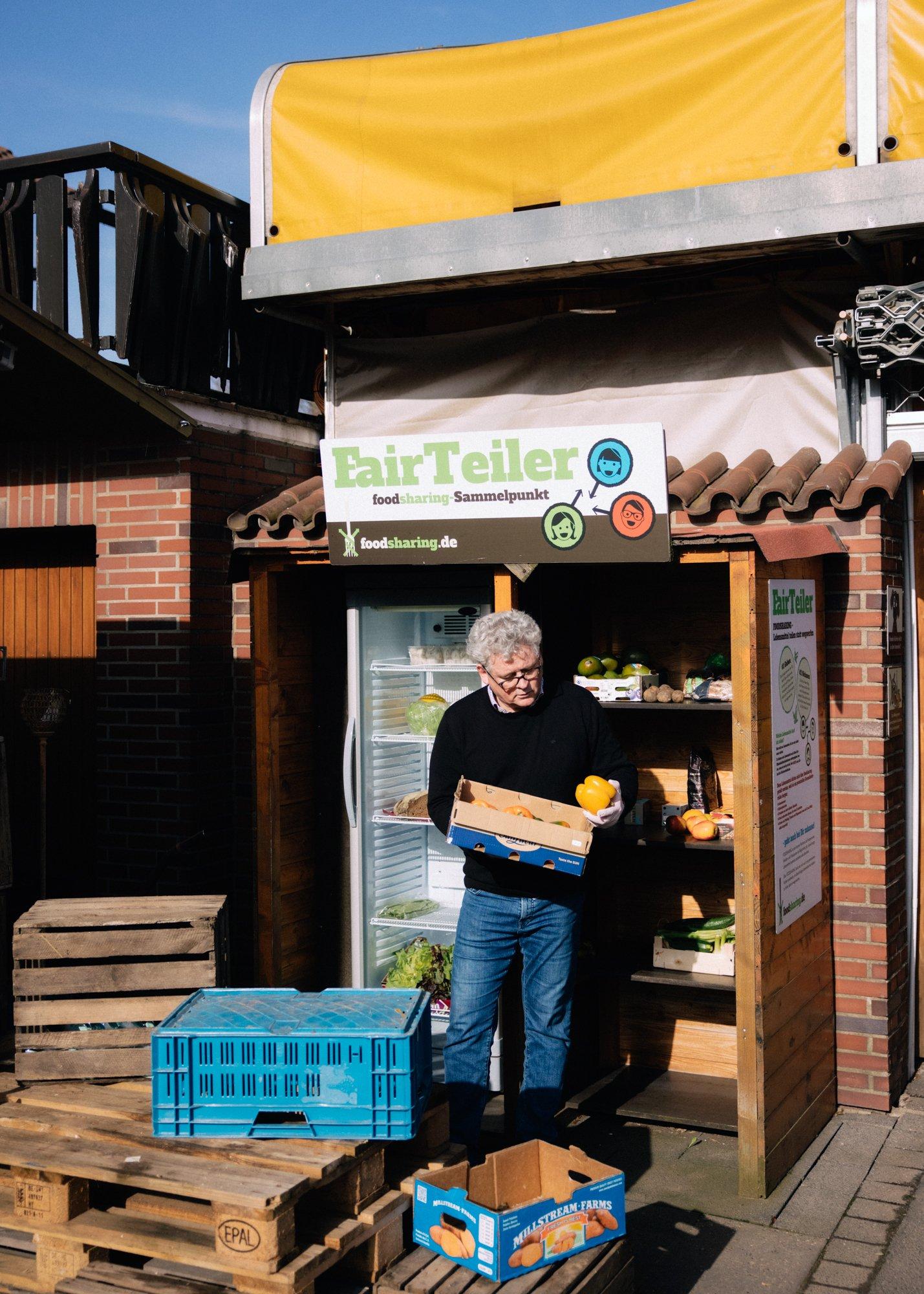 <p>ESSEN FÜR ALLEFrank Bowinkelmann vom Verein Foodsharing vor einer Verteilstation für überschüssige Lebensmittel. Freiwillige holen das Essen von Supermärkten, Restaurants oder auch privaten Haushalten und stellen es kostenlos zur Verfügung</p>