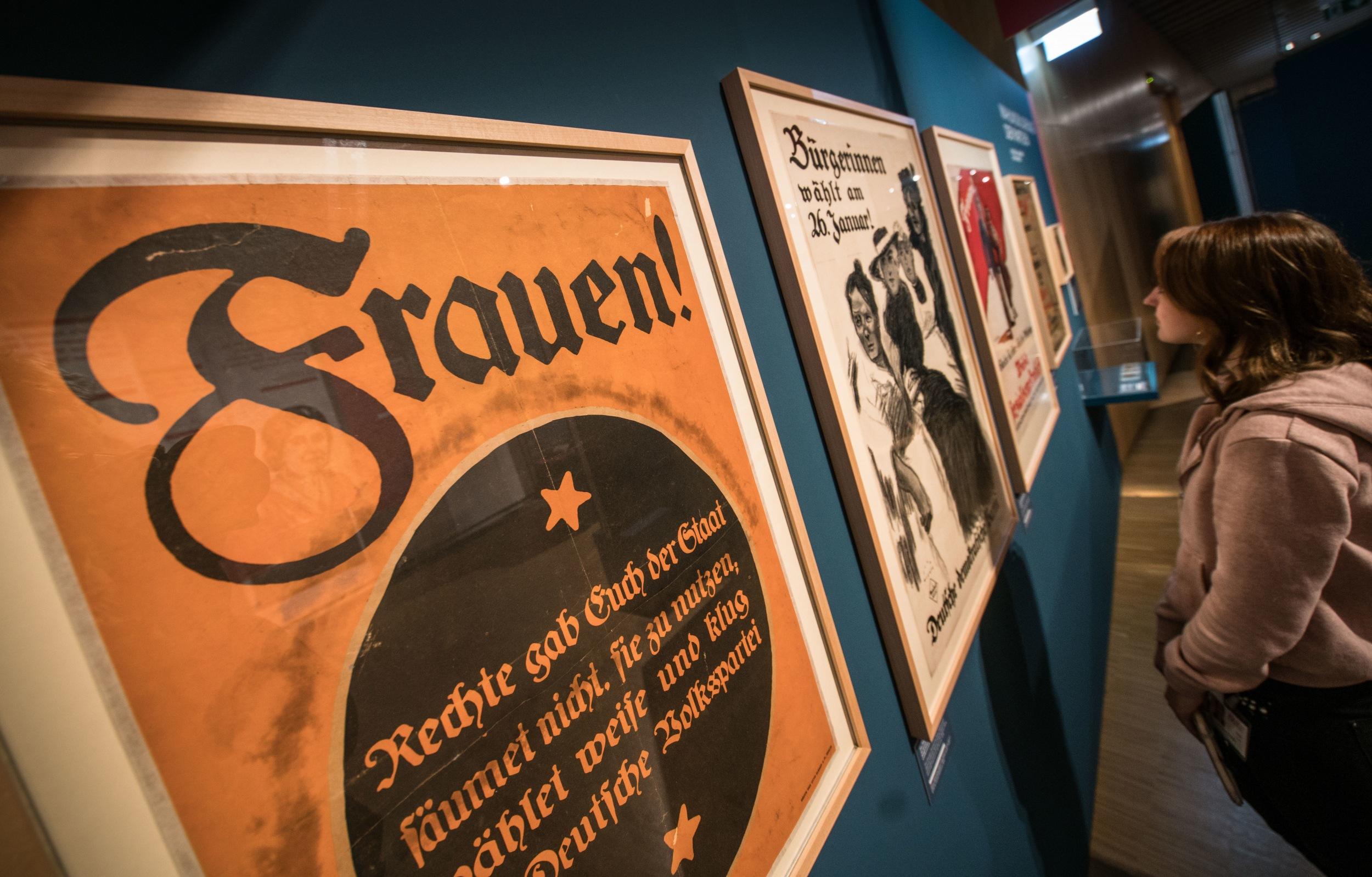 """Vor hundert Jahren, am 19. Januar 1919, konnten Frauen in Deutschland zum ersten Mal wählen gehen. Die Ausstellung """"Damenwahl"""" im Historischen Museum Frankfurt zeigt Plakate als Zeugnisse dieser bewegten Zeiten."""