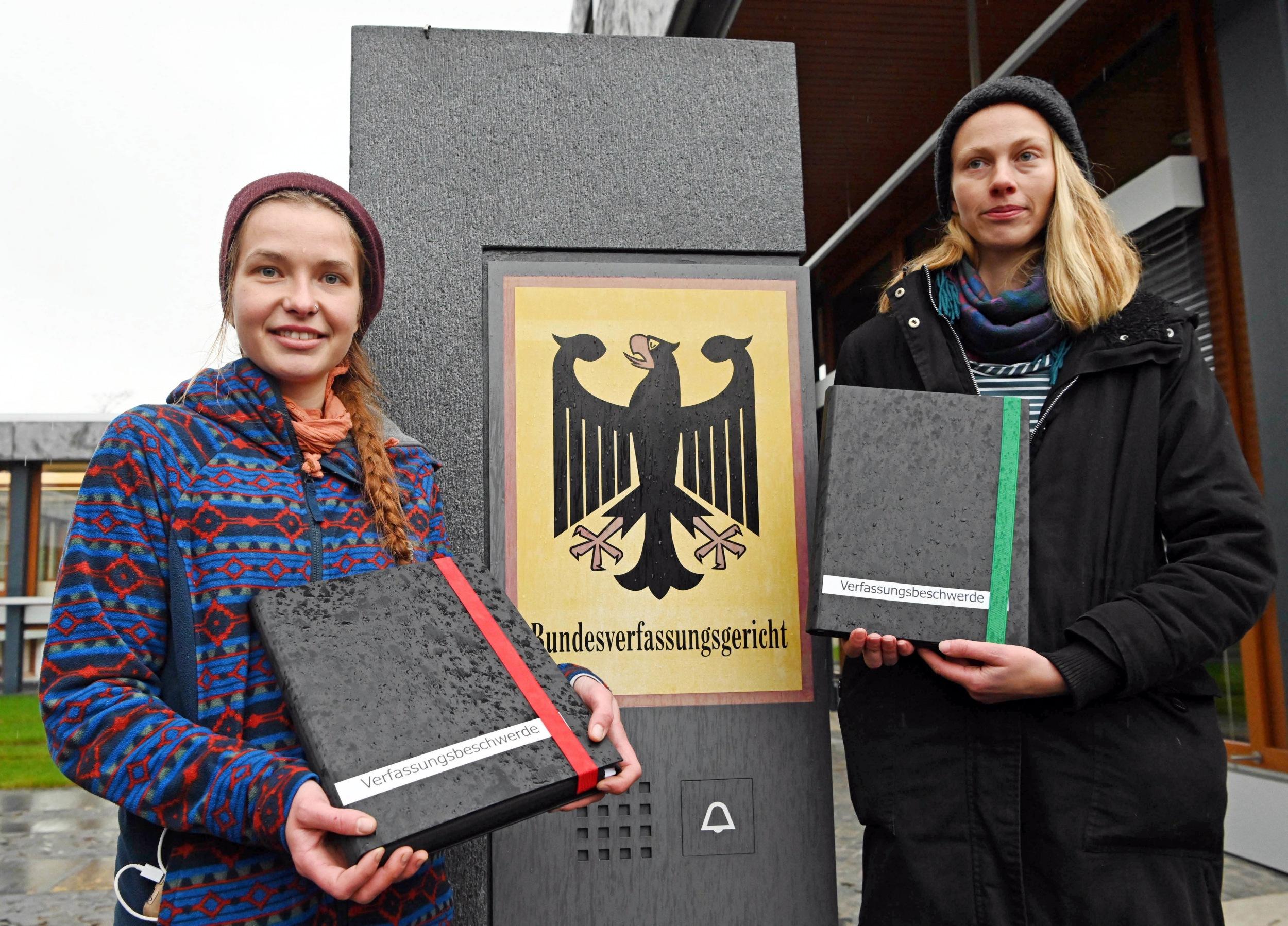 Die beiden StudentinnenCaroline Kuhn (rechts) und Franziska Schmitt beim Einwurf ihrer Verfassungsbeschwerde in Karlsruhe.