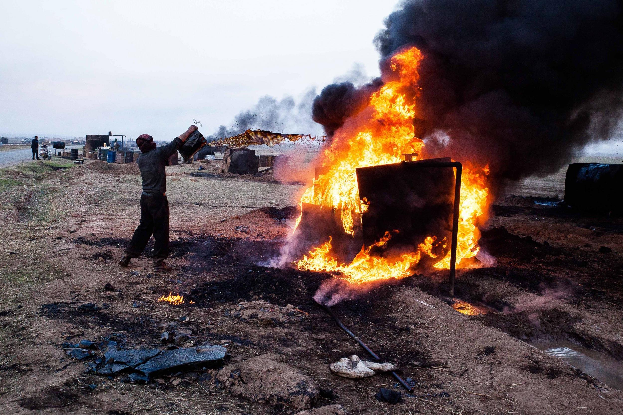 Zivilisten fördern in der Region Hasahak im Nordosten Syriens Erdöl unter zum Teil extrem gefährlichen Bedingungen.