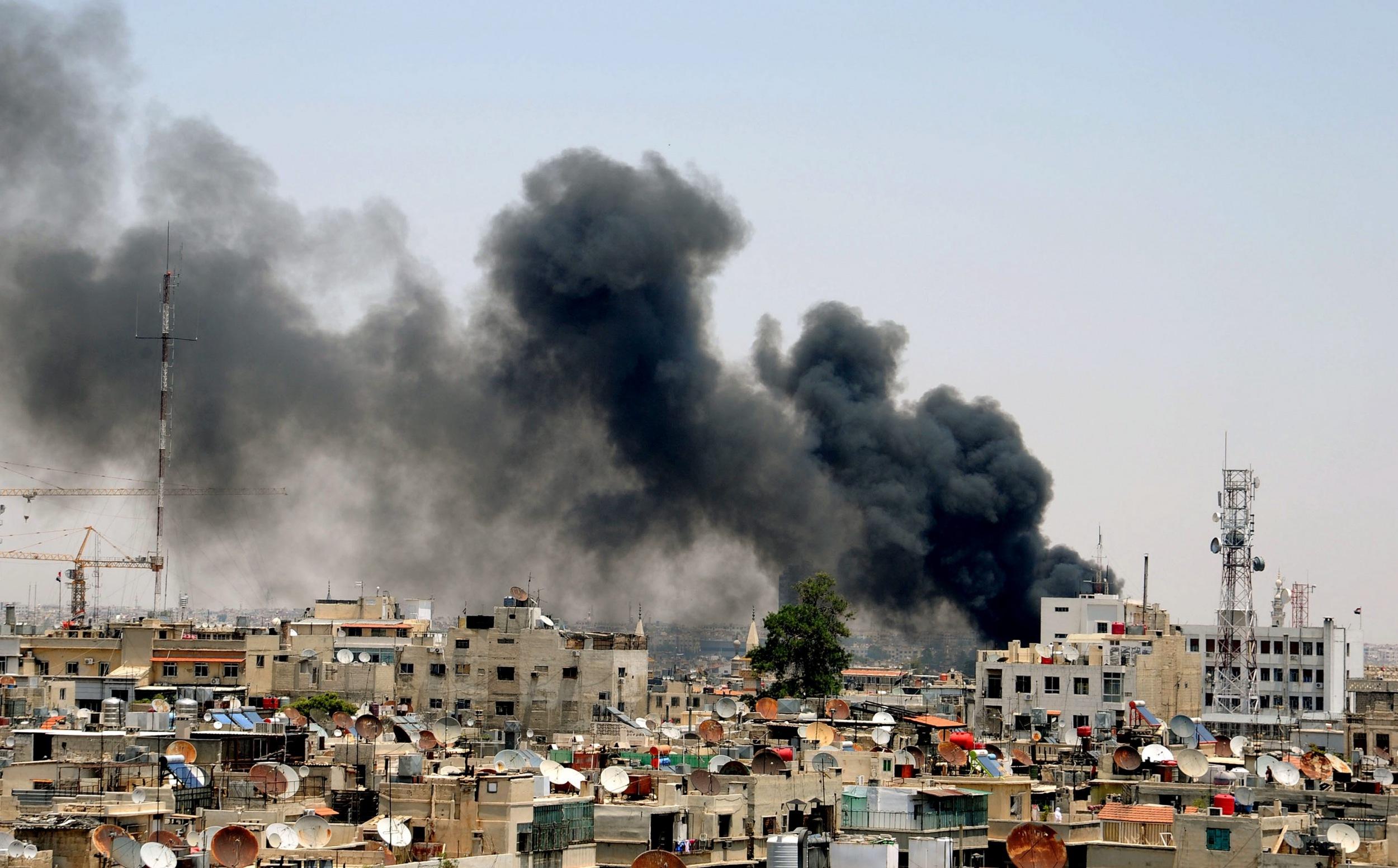 Das Bild zeigt den Rauch, der von einer Bombenexplosion im Justizpalast von Damaskus aufsteigt