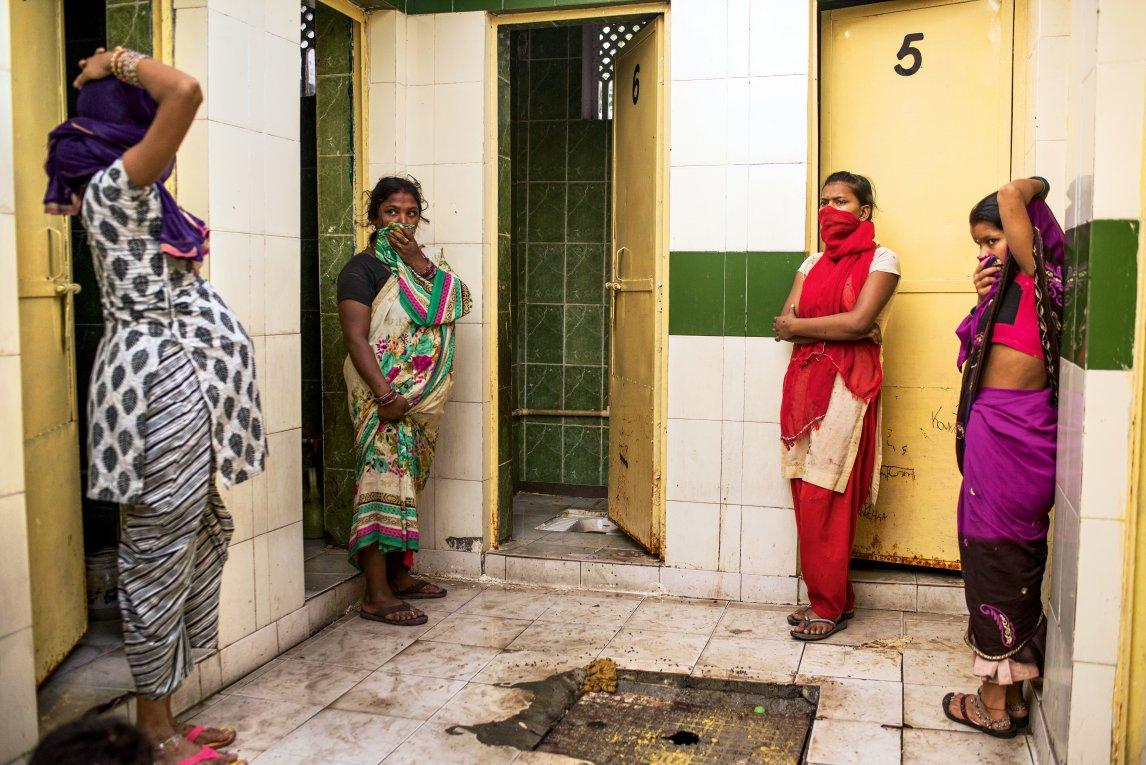 WARTEZEIT Neu-Delhi: Vier junge Frauen stehen an, weil nur ein Klo funktioniert