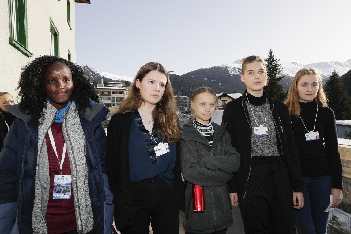 Die Klimaaktivistinnen Vanessa Nakate, Luisa Neubauer, Greta Thunberg, Isabelle Axelsson and Loukina Tille gaben diesen Januar zusammen eine Pressekonferenz beim Weltwirtschaftsforum in Davos. Die Presseagentur AP verbreitete dieses Foto – allerdings schnitt sie Vanessa Nakate ganz links ab