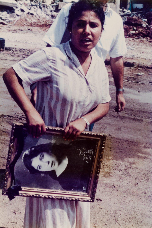 Nach dem Massaker von Schatila, Überlebende mit dem Foto einer Angehörigen