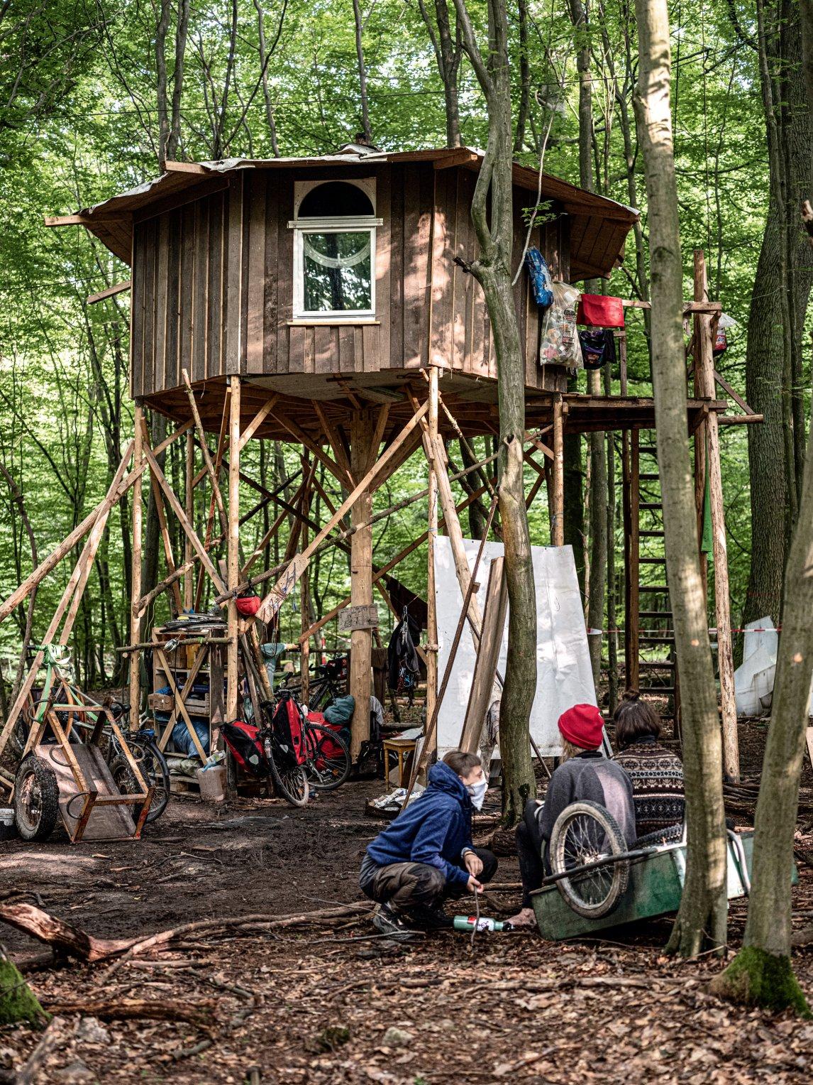 <p>Forsthaus: Die WaldbesetzerInnen haben sich Hütten auf Stelzen und in den Baumkronen gebaut.</p>