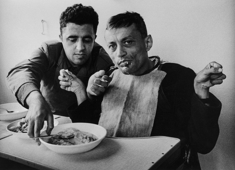 Die Freunde Mehri und Karlheinz beim Essen, Wittekindshof Bad Oeynhausen, 1976