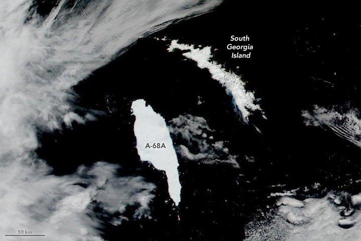 <p>Dieses Bild nahm der Erdbeobachtungsatellit Terra der NASA am 14. Dezember auf. Inzwischen ist der Eisberg in mehrere Teile zerbrochen, er bleibt aber weiter gefährlich für die kleine Insel</p>