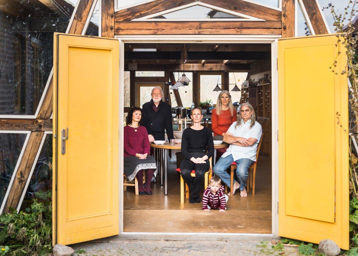 Offene Tür: Ein Blick ins Gemeinschaftshaus von Klein Jasedow. Die Großfamilie um Johannes Heimrath (ganz rechts)ist der Kern des Projekts, sie lebt und arbeitet seit den Siebzigerjahren zusammen