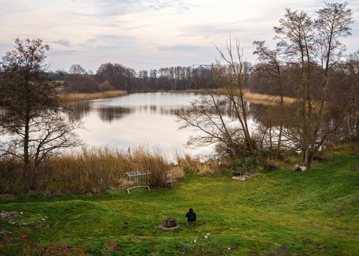 <p>Ein See zum Träumen. Direkt am Ufer liegen Wiesen und kleine bebaute Felder, auch die Dorfschule ist nicht weit entfernt</p>