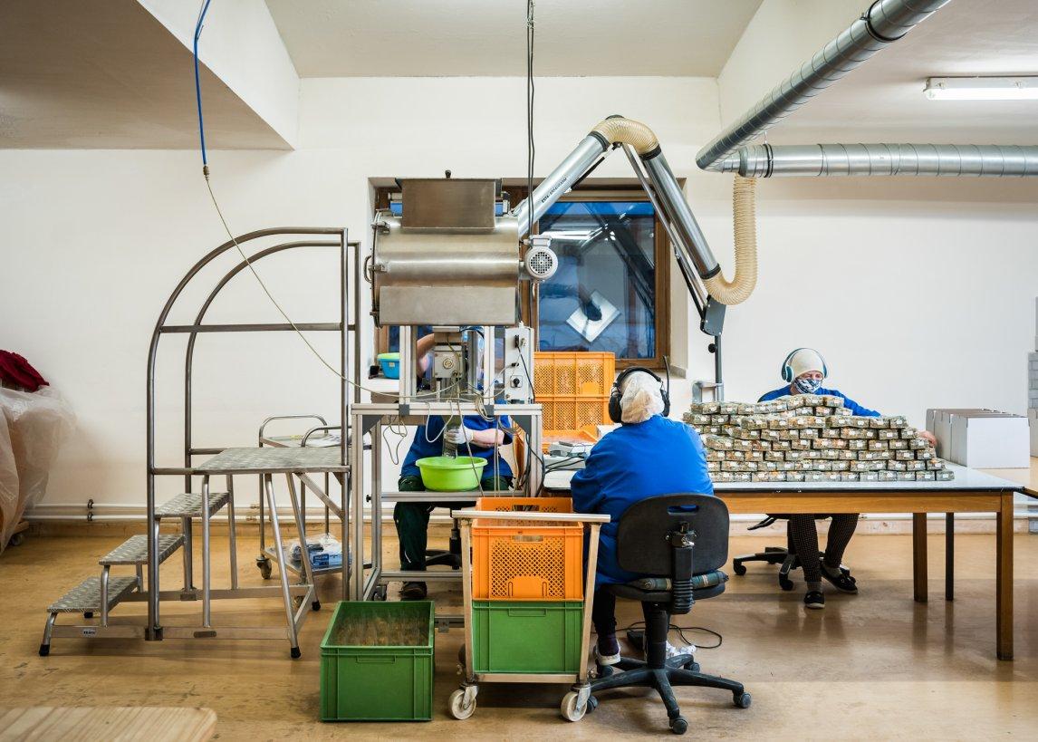 Viel zu tun: Abfüllanlage für die Kräutertees - Jobmaschine öko