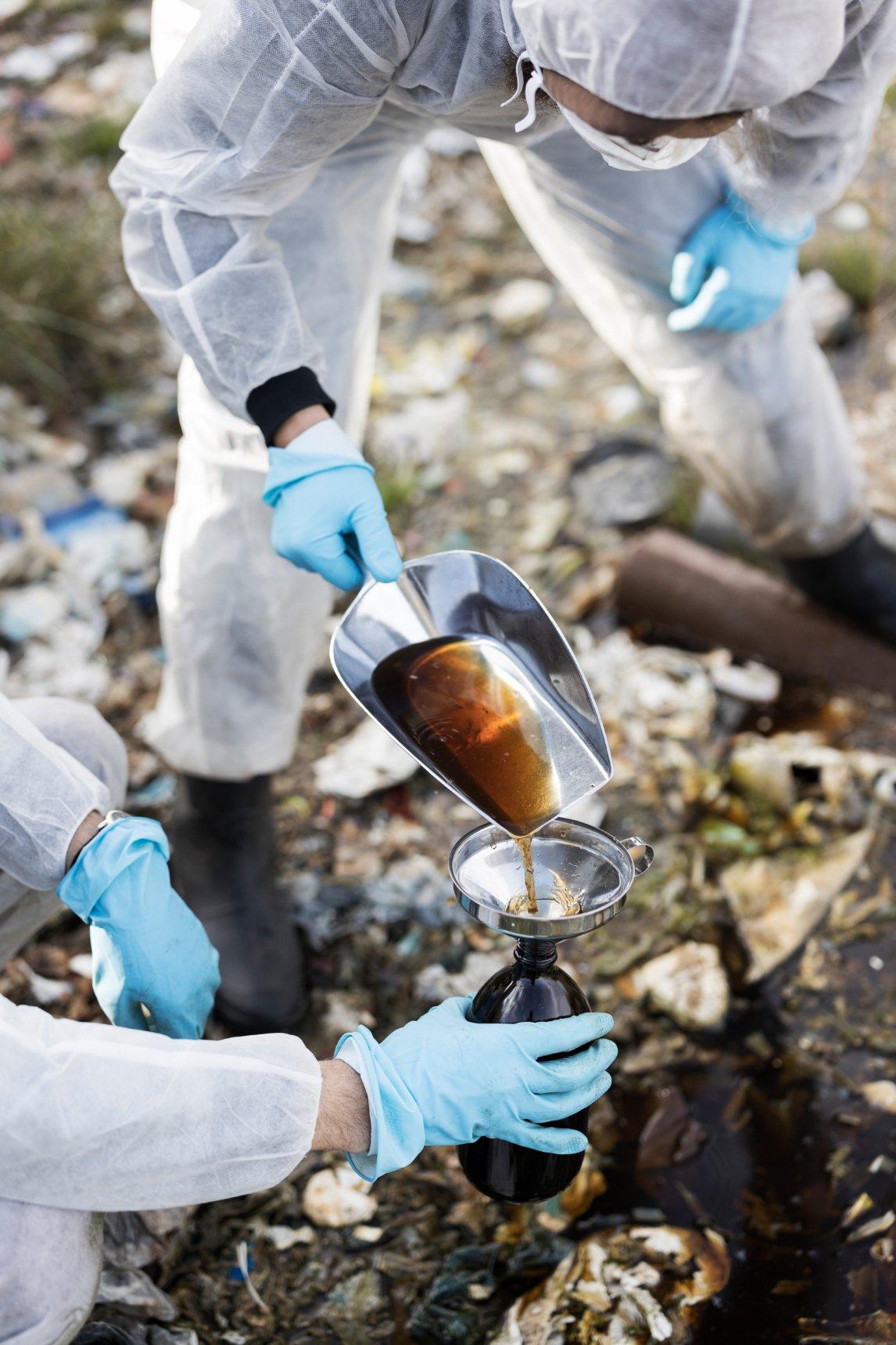 <p>GIFTIGE BRÜHE Die Proben werden im Labor auf Schwermetalle und weitere, teils krebserregende Substanzen untersucht</p>