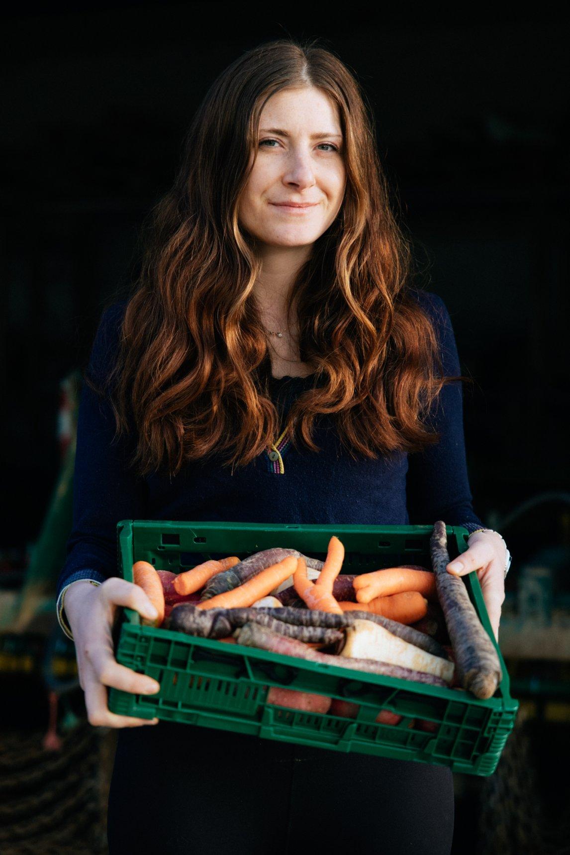 <p>EIN HOCH AUF DIE VIELFALT Biobäuerin Barbara Knötzinger zeigt ihre Gemüseernte. KrummeKarotten, wie ihre,kommen selten in den Handel</p>