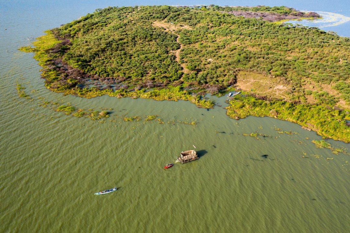 <p>LAND UNTER Longicharo, die Giraffeninsel, versinkt im Baringosee</p>