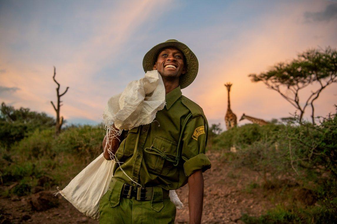 """<p>GIRAFFENFLÜSTERER So wird Ranger Mike Parkei genannt. """"Das gemeinschaftliche Naturschutzgebiet und die Giraffen haben uns Frieden geschenkt"""", sagt Parkei</p>"""