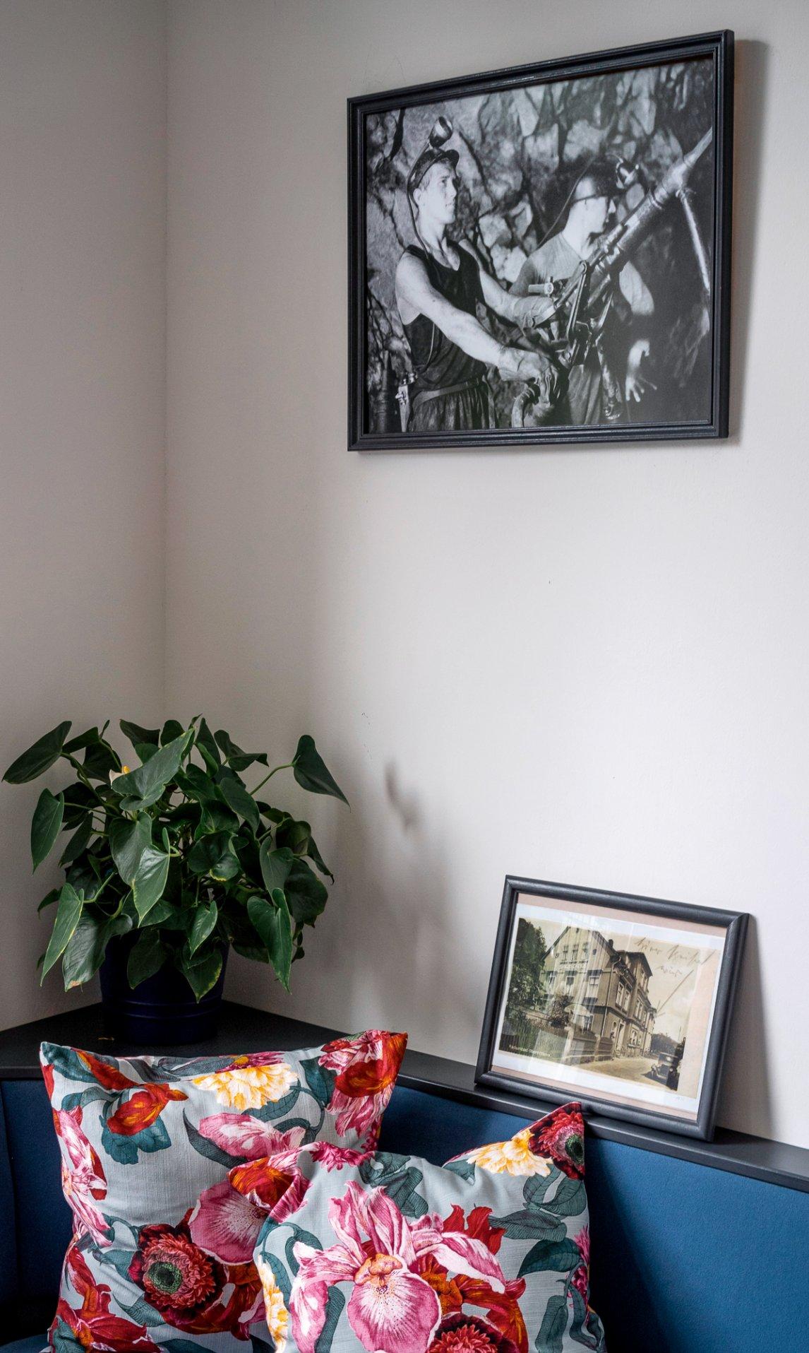 """<p>TRADITION AN DER WAND<br /> Im Speiseraum des Hotels """"Villa Sachsenhof"""" in Bad Schlema erinnern Fotografien an die Zeit des Uranbergbaus</p>"""